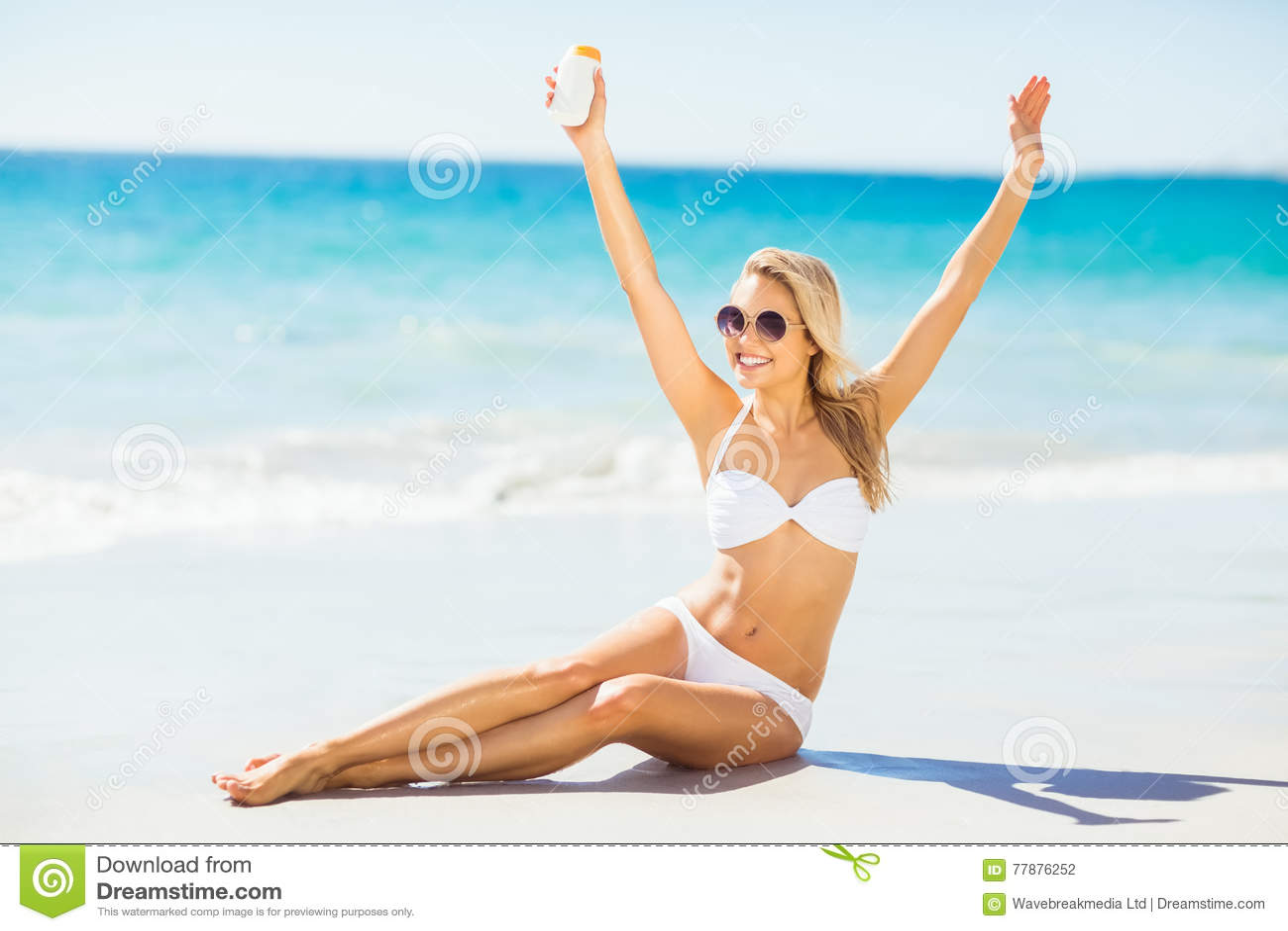 Mujer Que Presenta Con Crema Del Sol En La Playa Foto de archivo