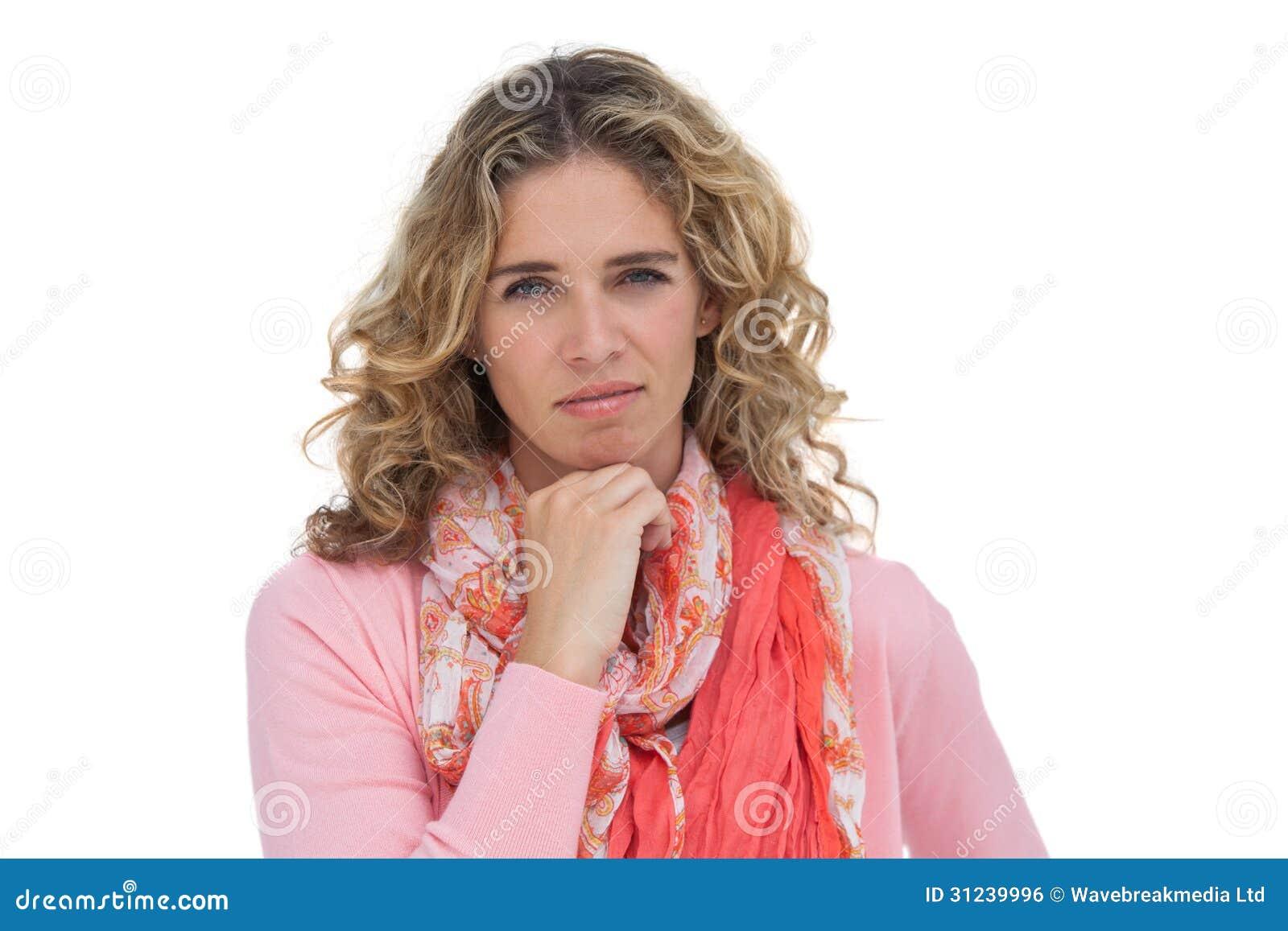 Mujer que presenta con su mano en su barbilla