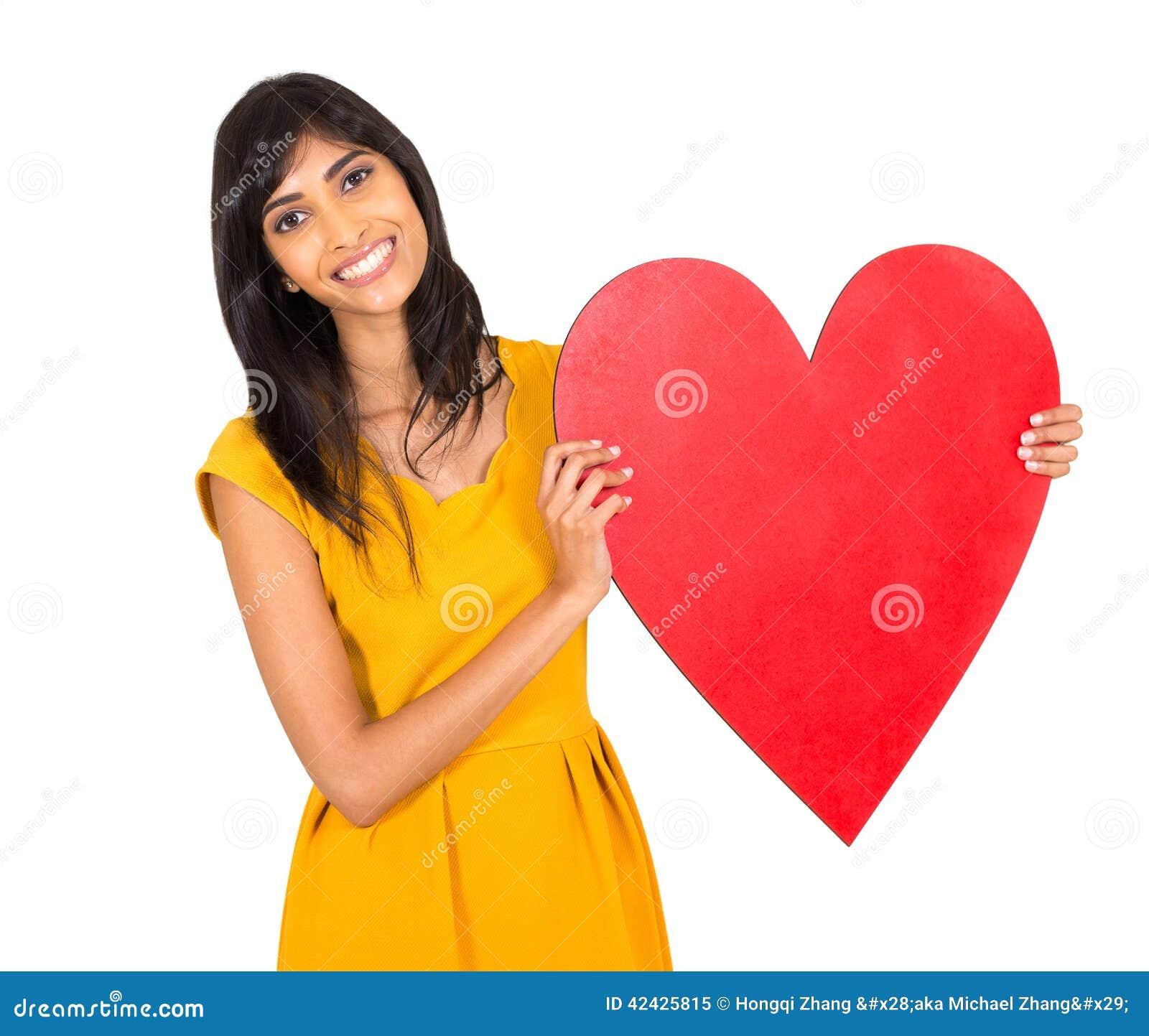 Mujer que presenta el corazón