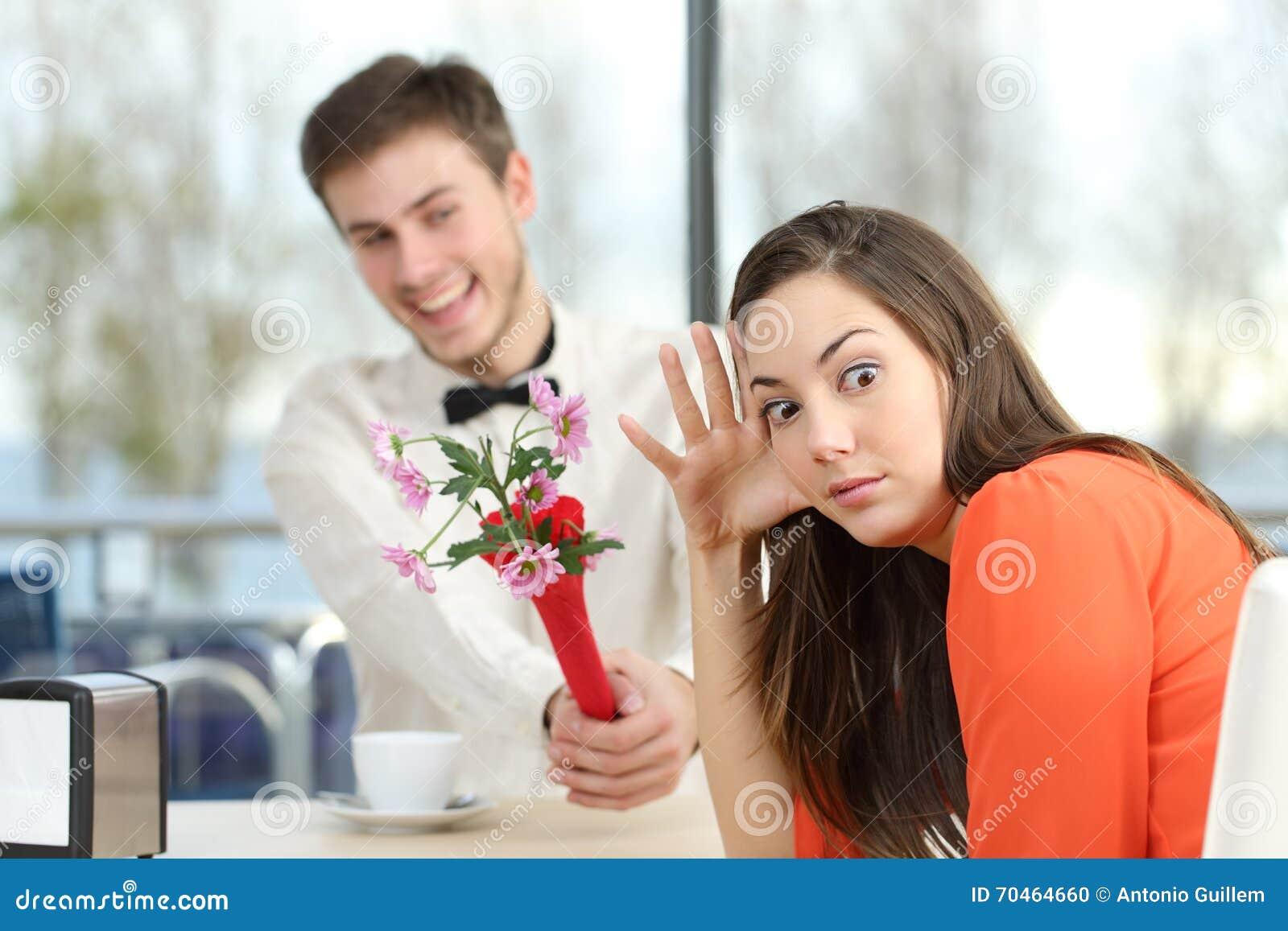 Mujer que rechaza a un muchacho del friki en una cita a ciegas