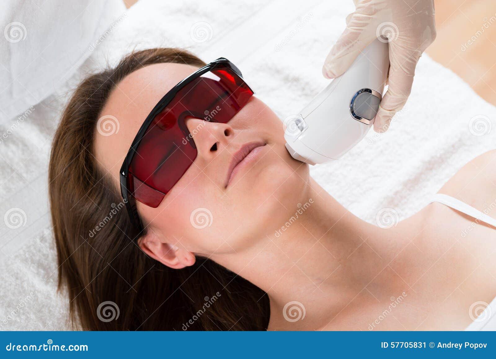 Mujer que recibe el tratamiento del laser Epilation