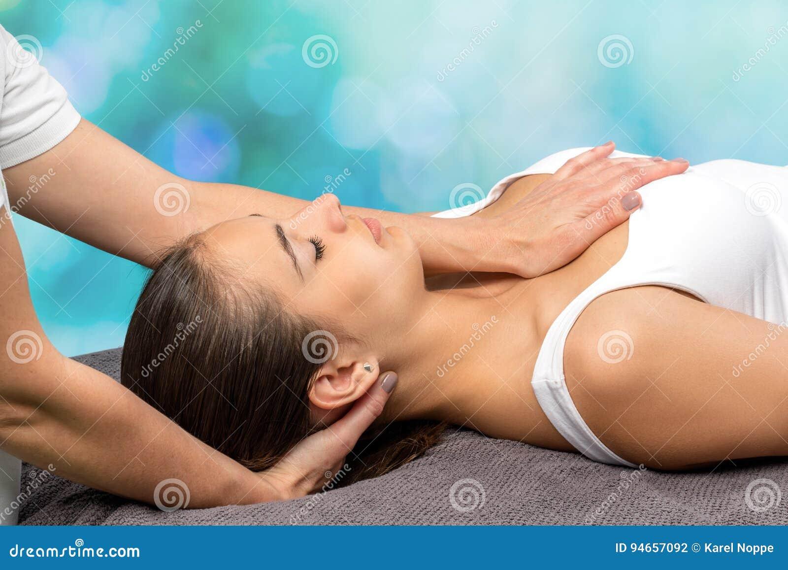 Mujer que recibe terapia fisia en cuello y pecho