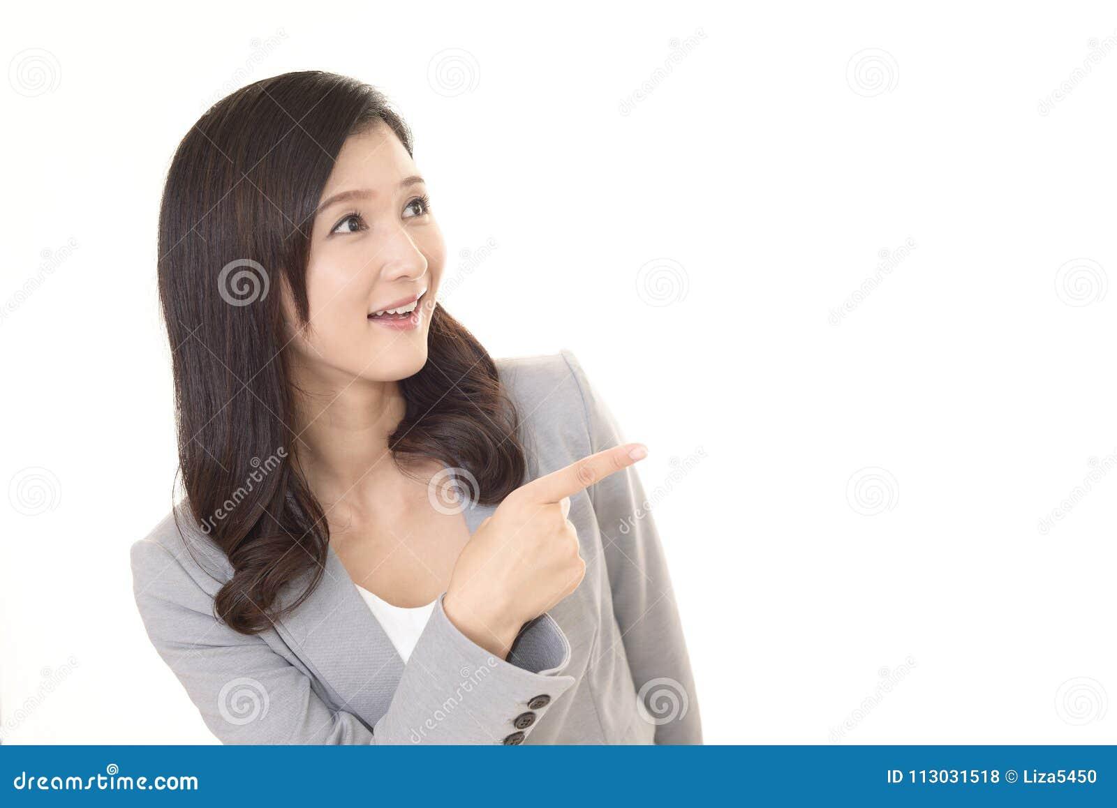 Mujer que señala con su dedo
