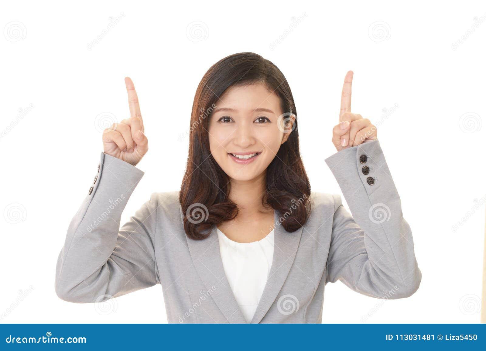 Mujer que señala con sus fingeres