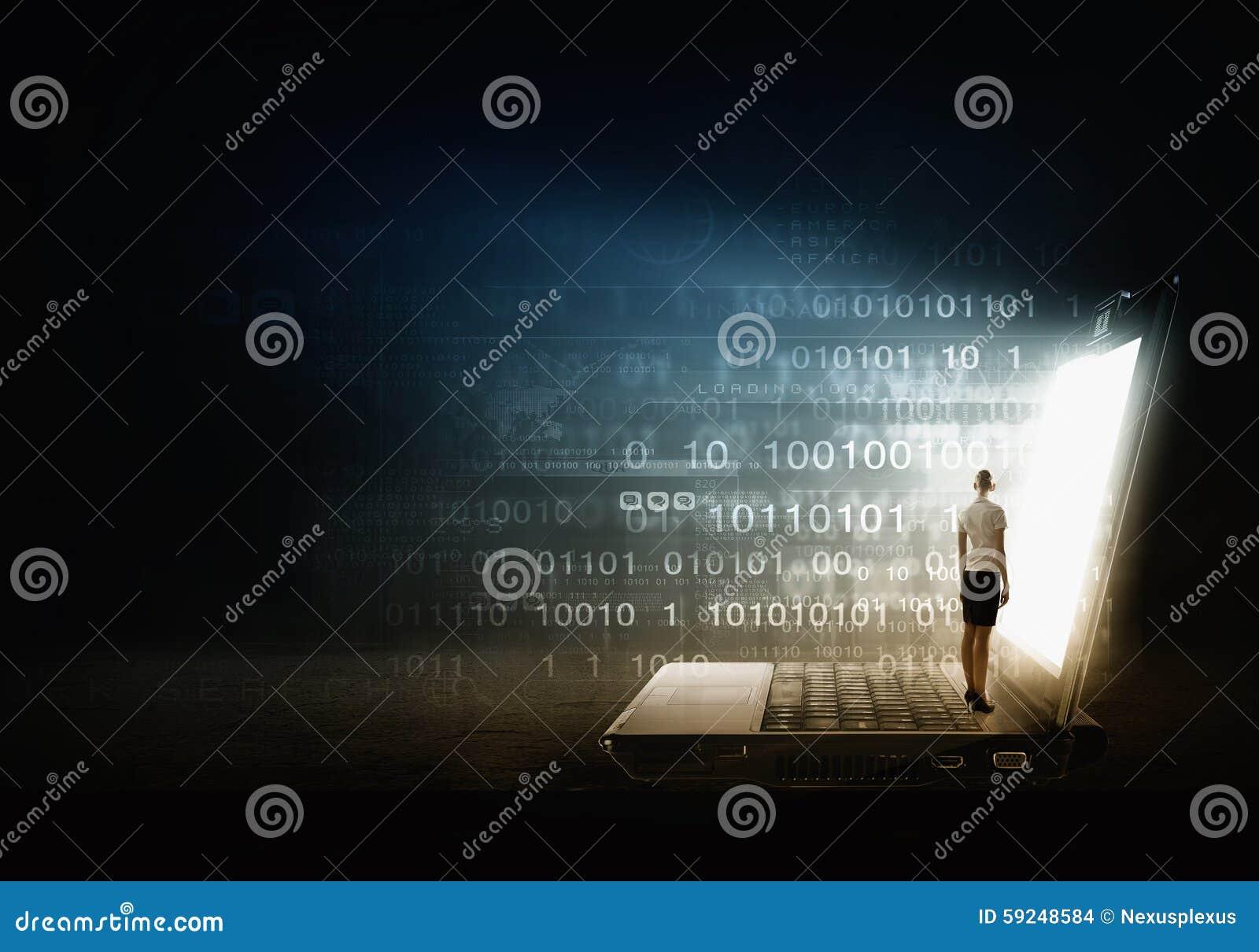 Mujer que se coloca en el ordenador portátil grande