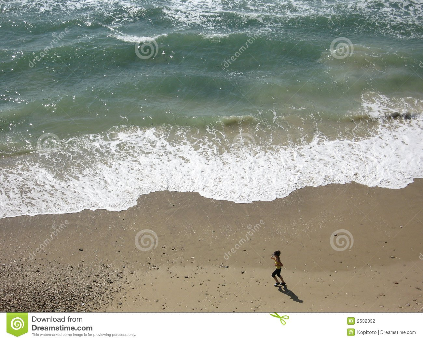 Mujer que se ejecuta en una playa