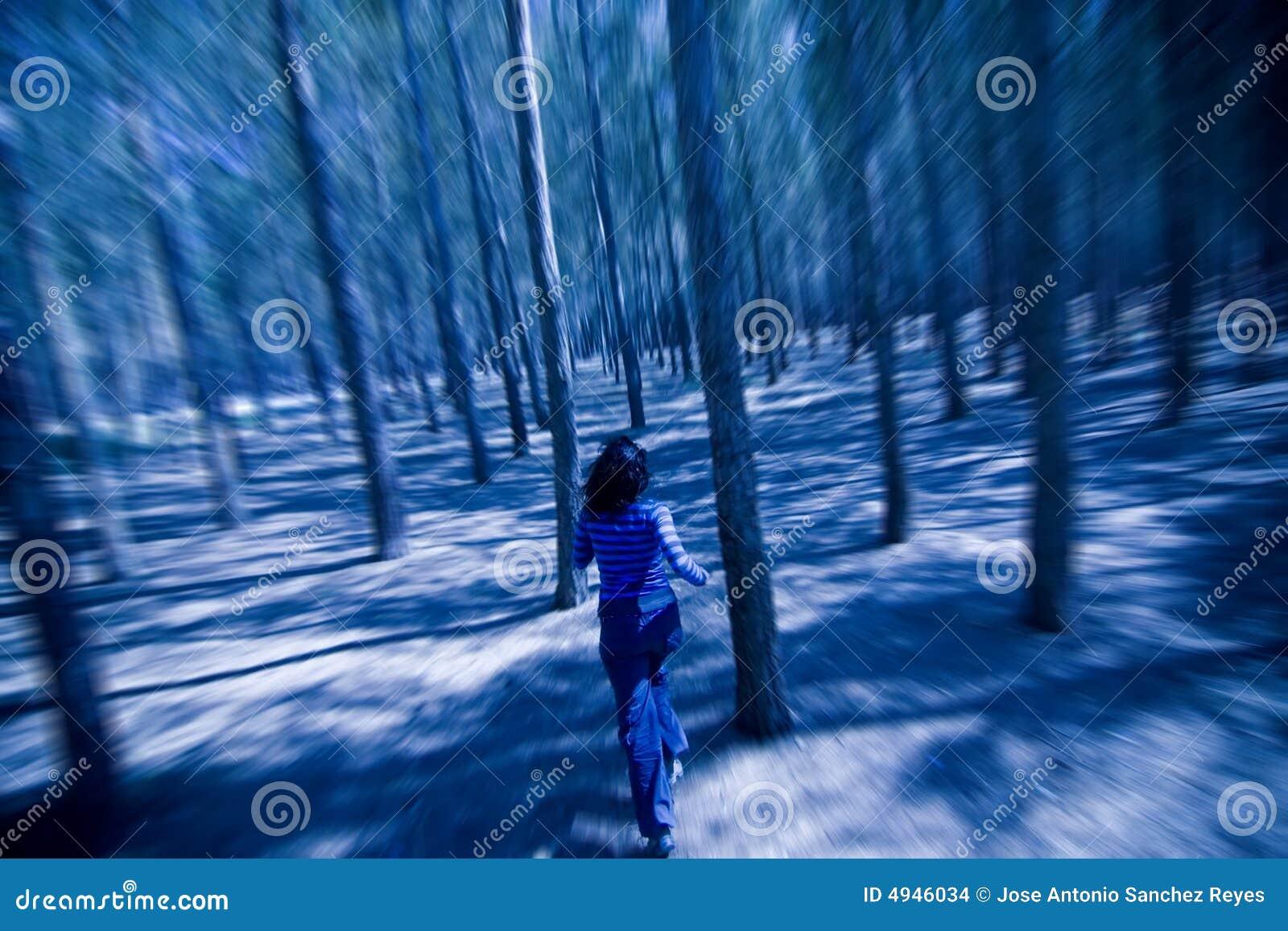 Mujer que se escapa a través de las maderas