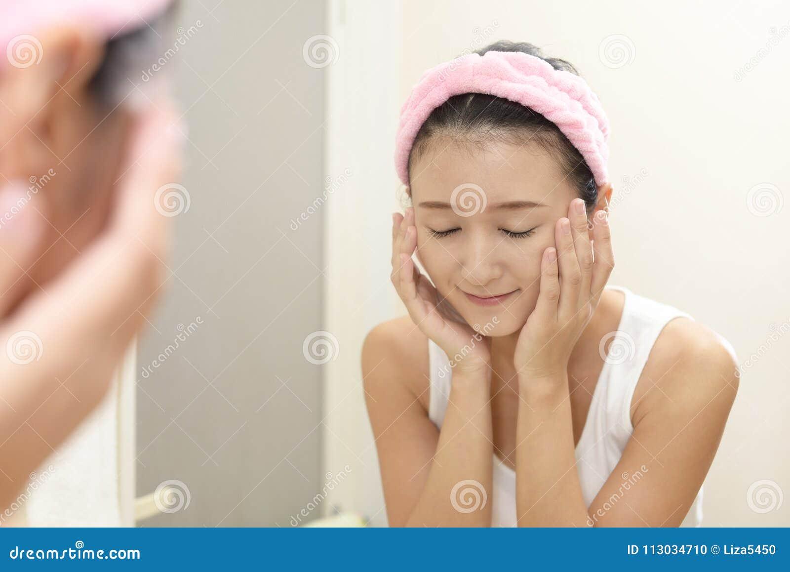 Mujer que se lava la cara