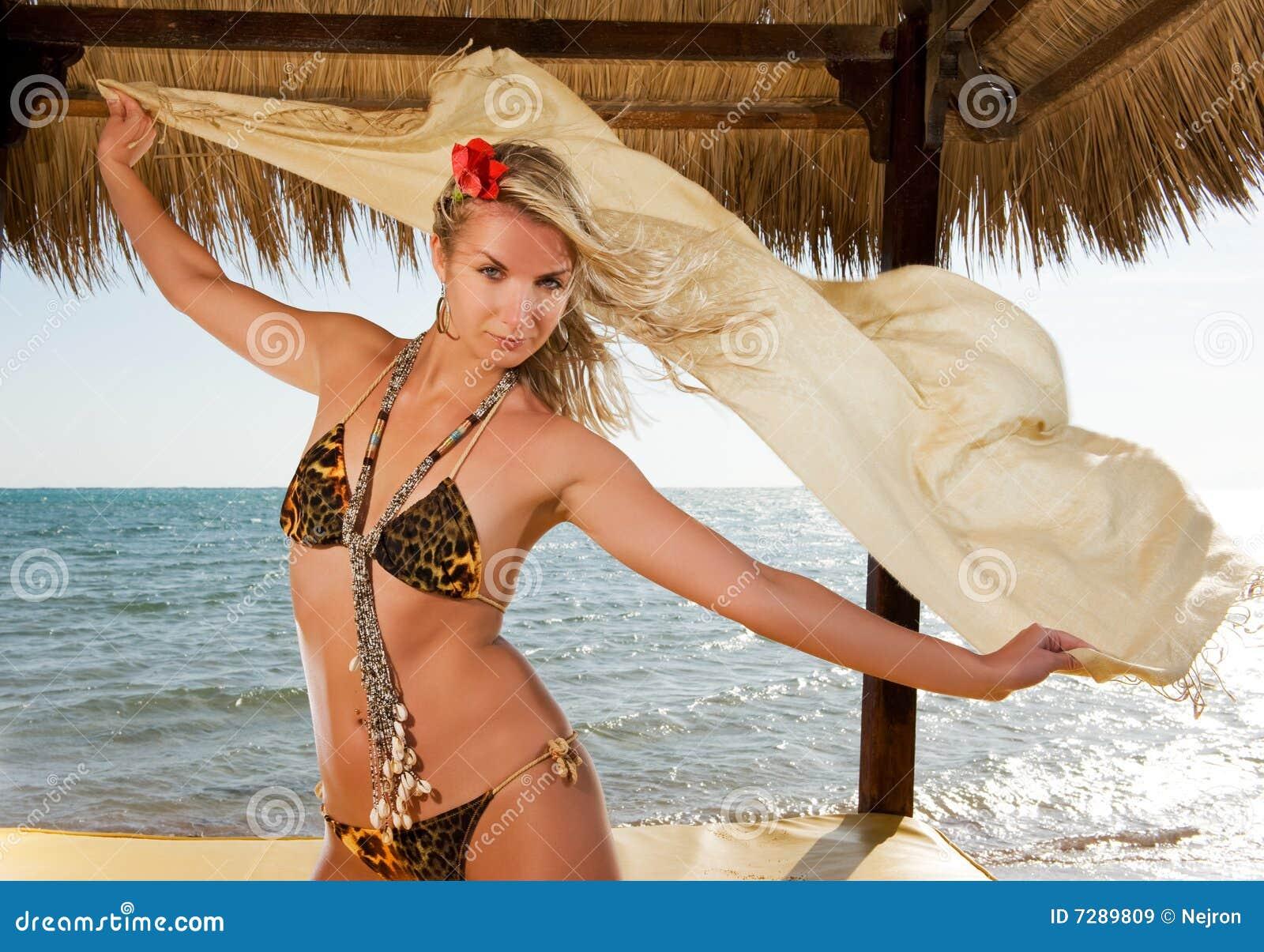 Mujer que se relaja cerca del mar