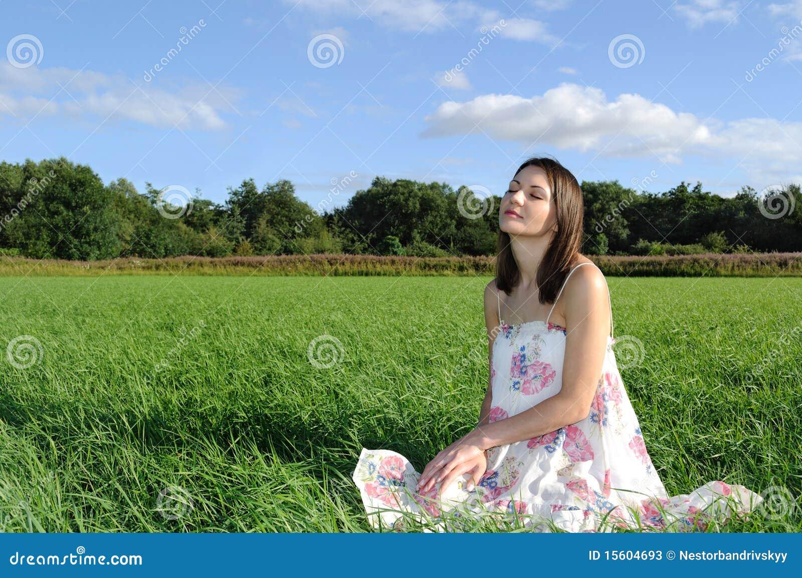 Mujer que se relaja en campo