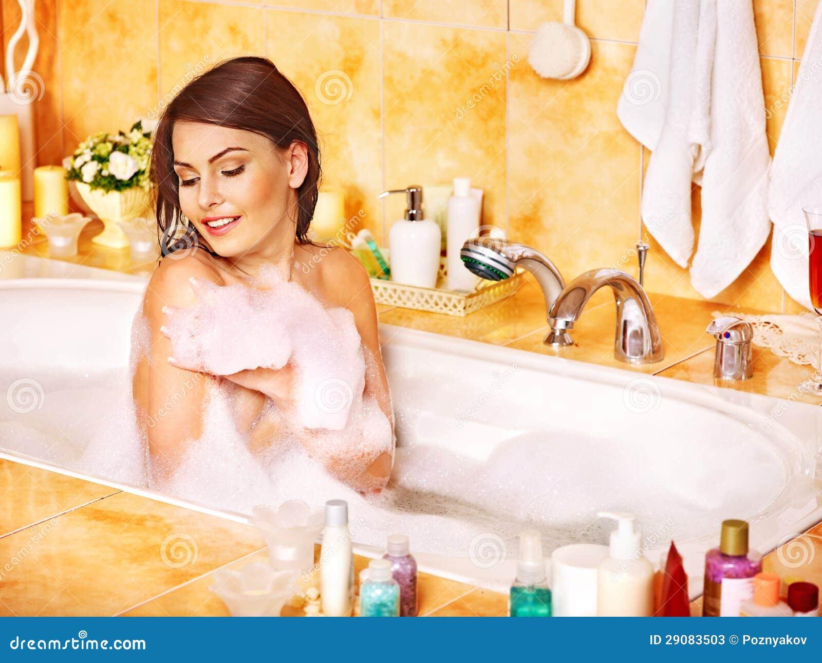 Imagenes Que Indiquen Baño De Mujeres:Mujer Que Se Relaja En El Baño De Burbujas Fotos de archivo – Imagen