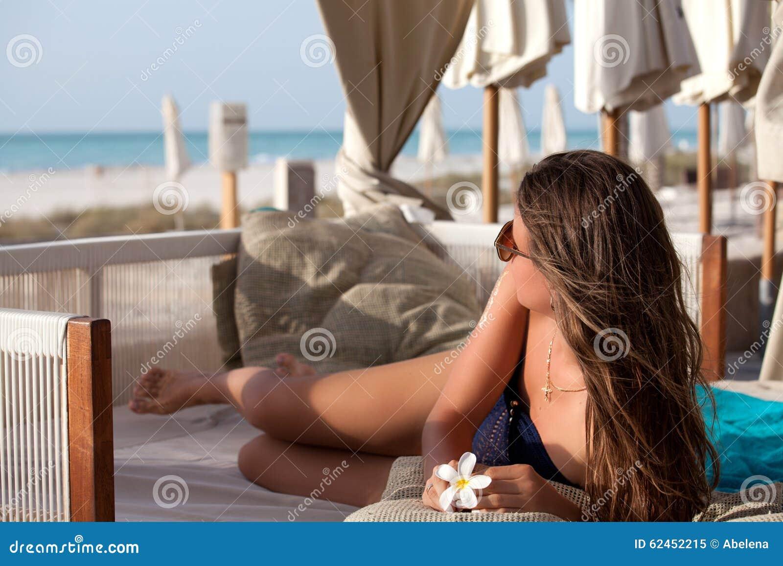 Mujer que se relaja en silla de cubierta