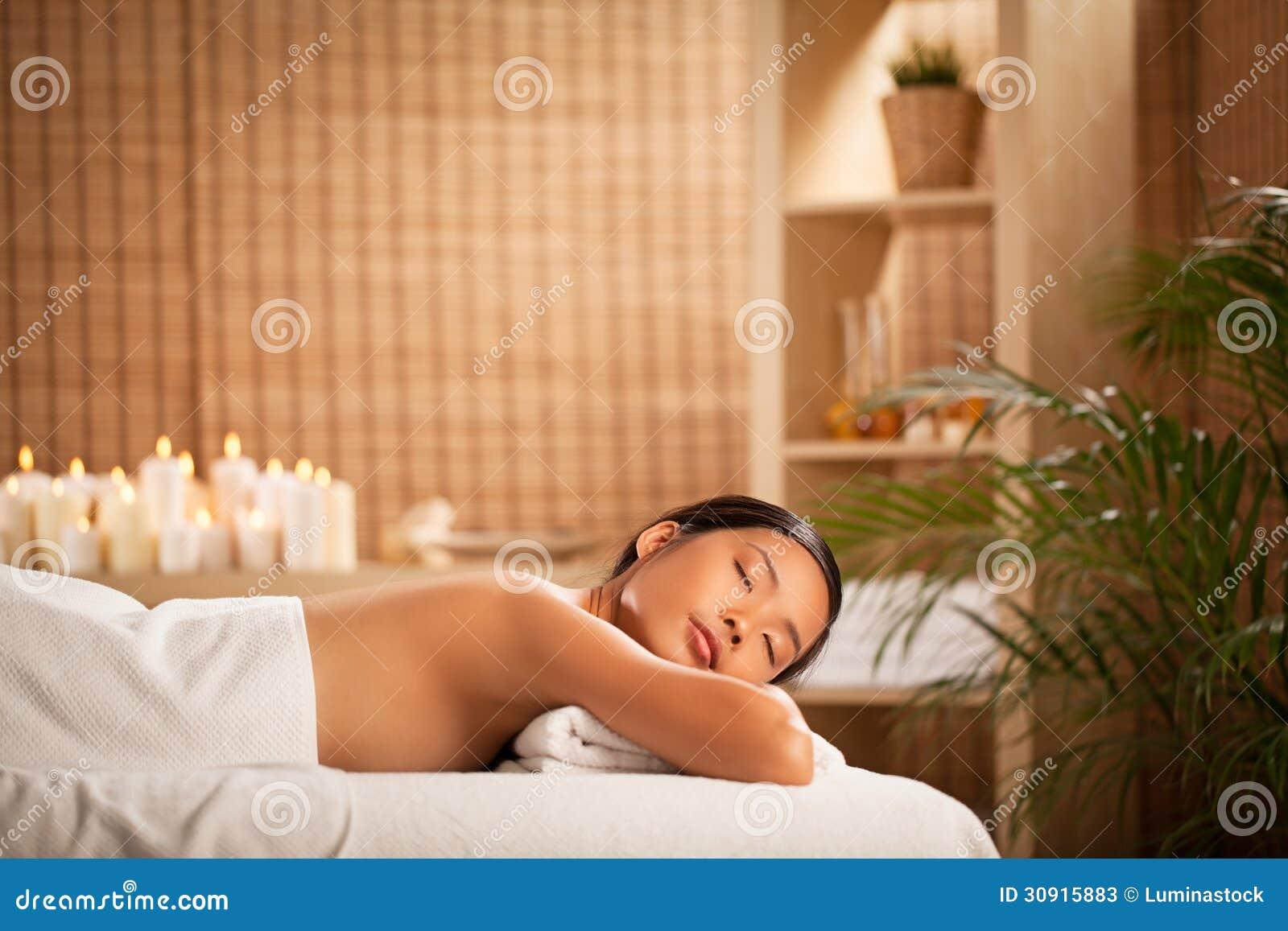 Mujer que se relaja en un balneario