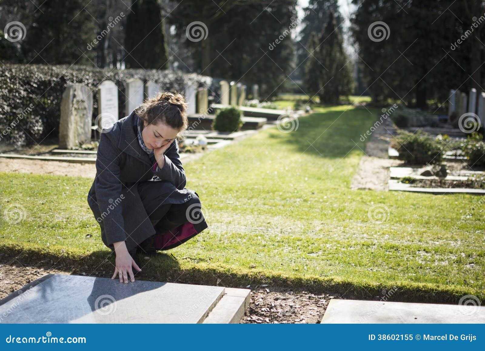 Mujer que se sienta en el sepulcro