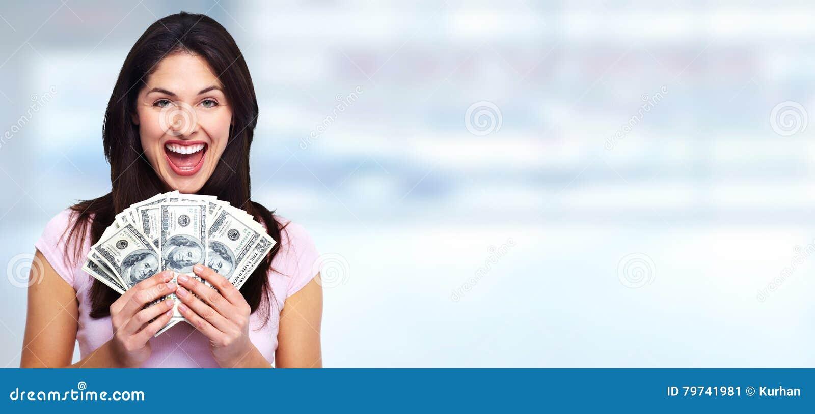 Mujer que sostiene el dinero
