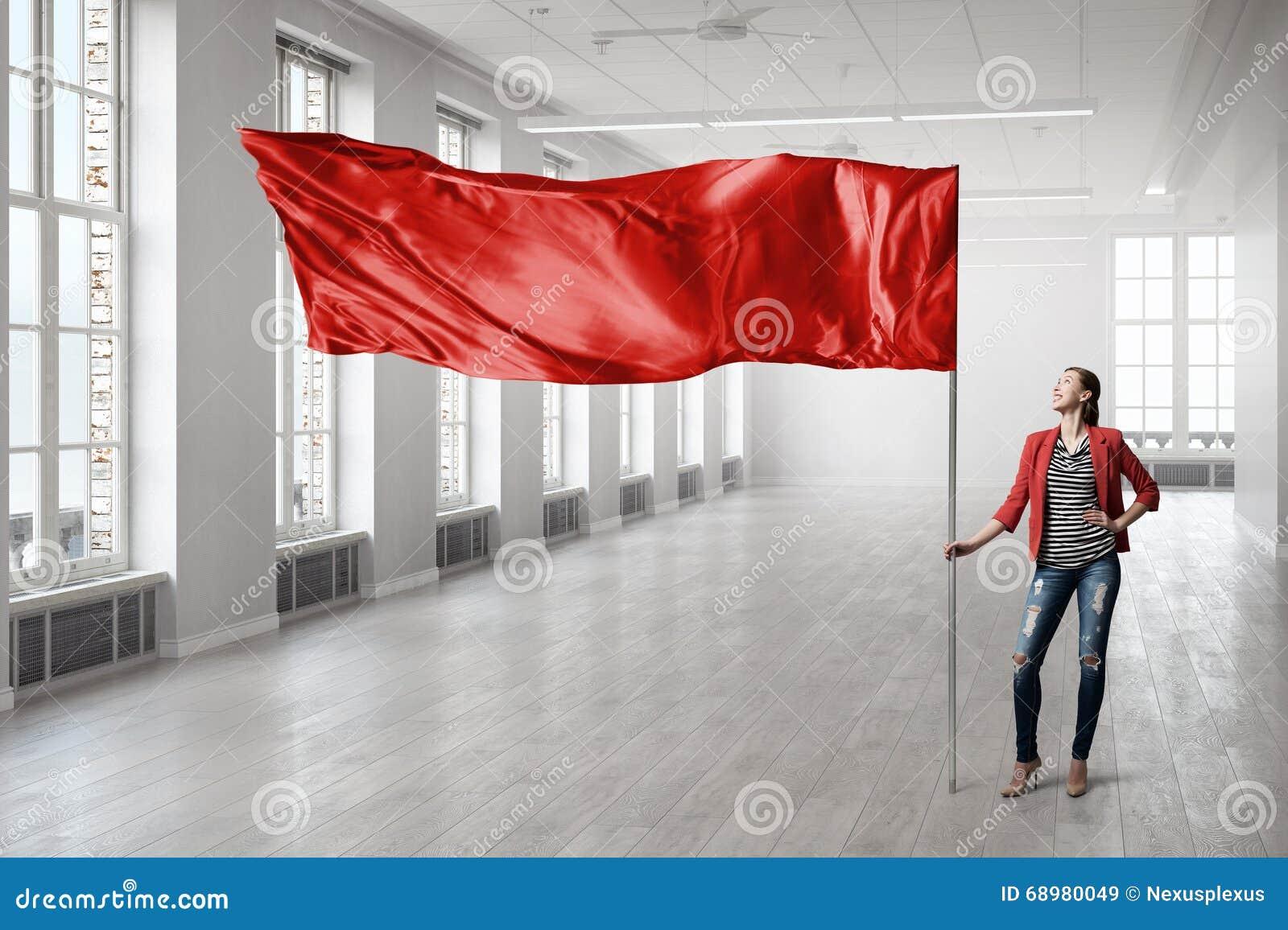 Mujer que sostiene la bandera roja