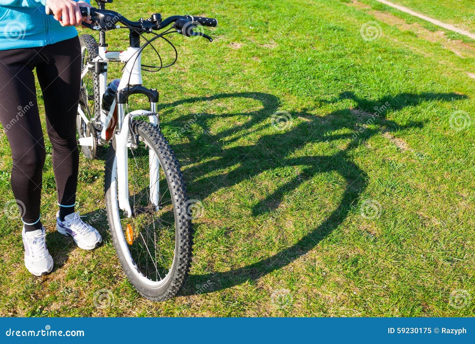 Mujer que sostiene la bici