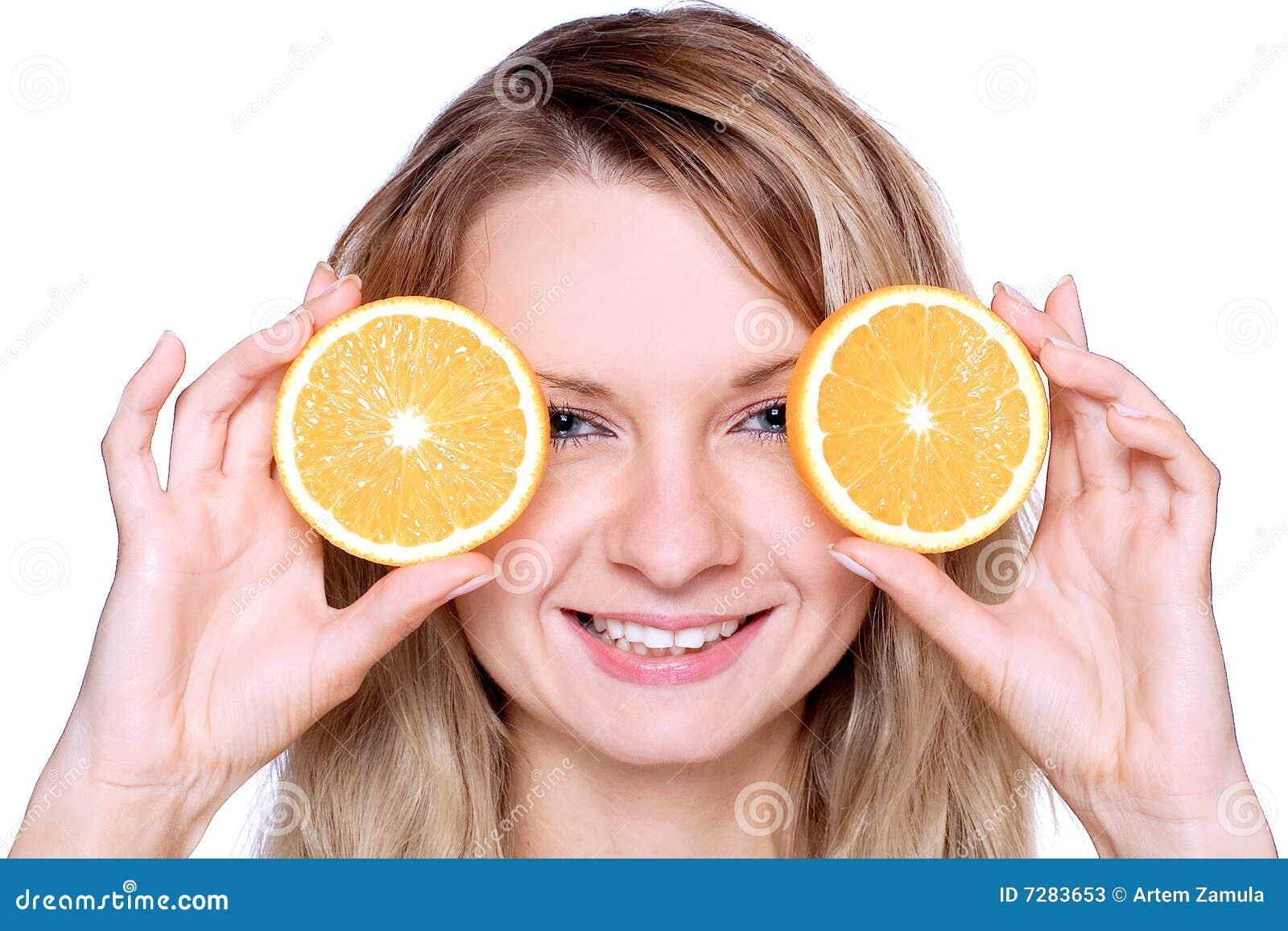 Mujer que sostiene la naranja
