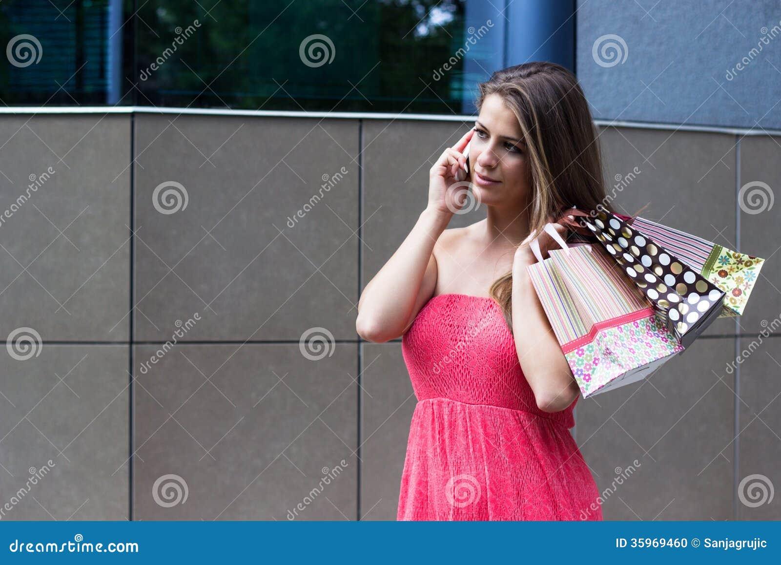 Mujer que sostiene los panieres
