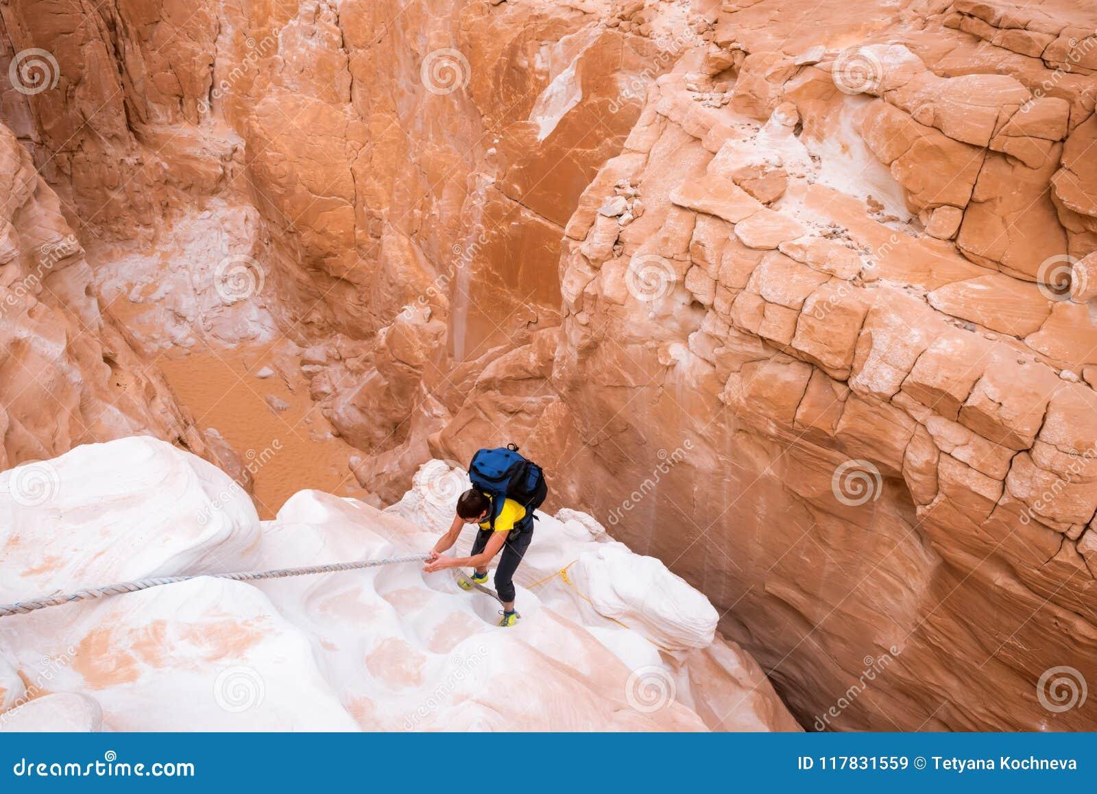 Mujer que sube en el barranco blanco, Sinaí, Egipto