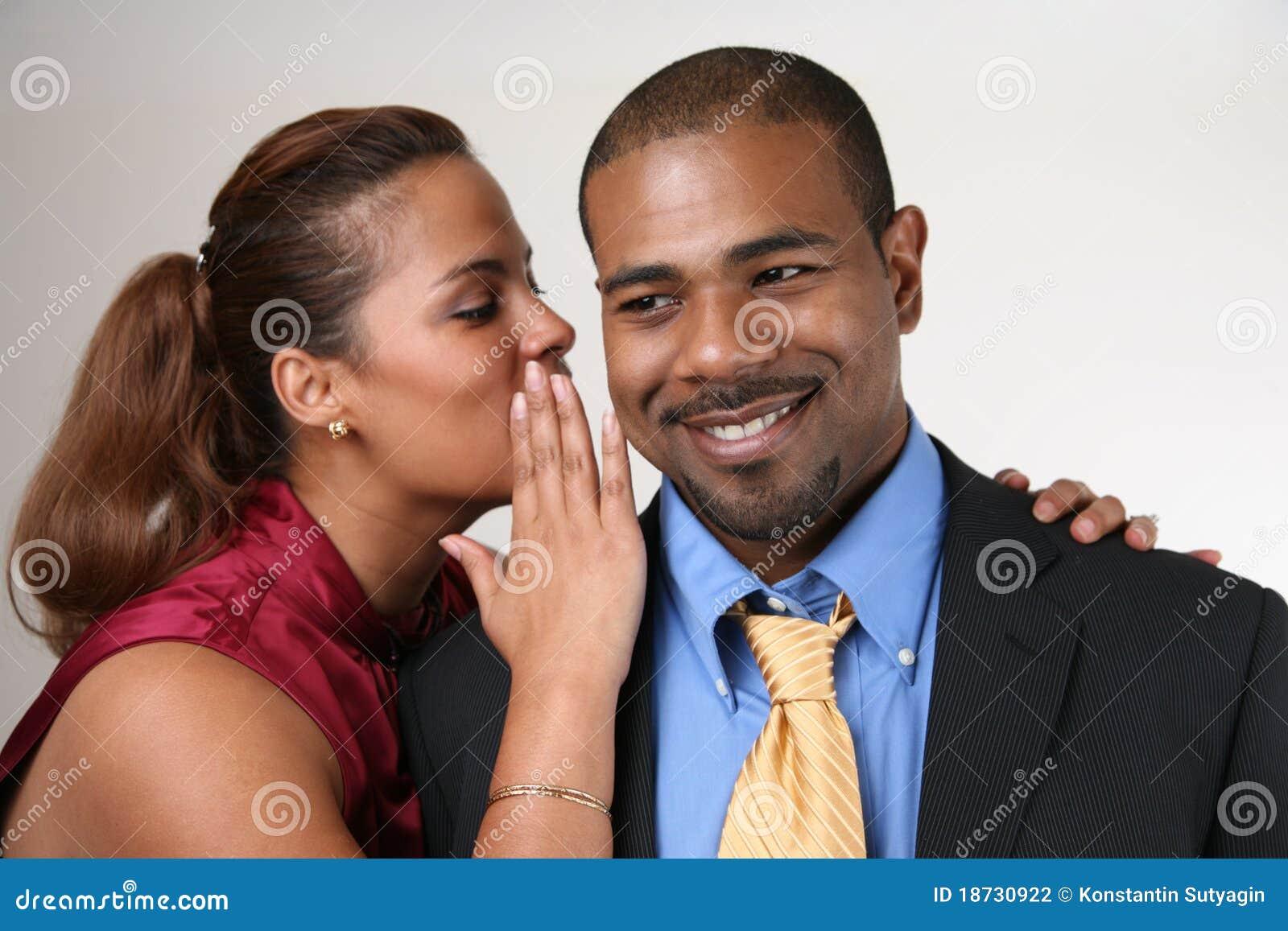 Mujer que susurra en el oído del marido