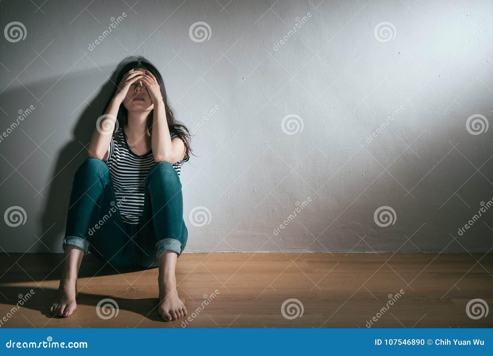 Mujer que tiene problema del desorden bipolar de la depresión