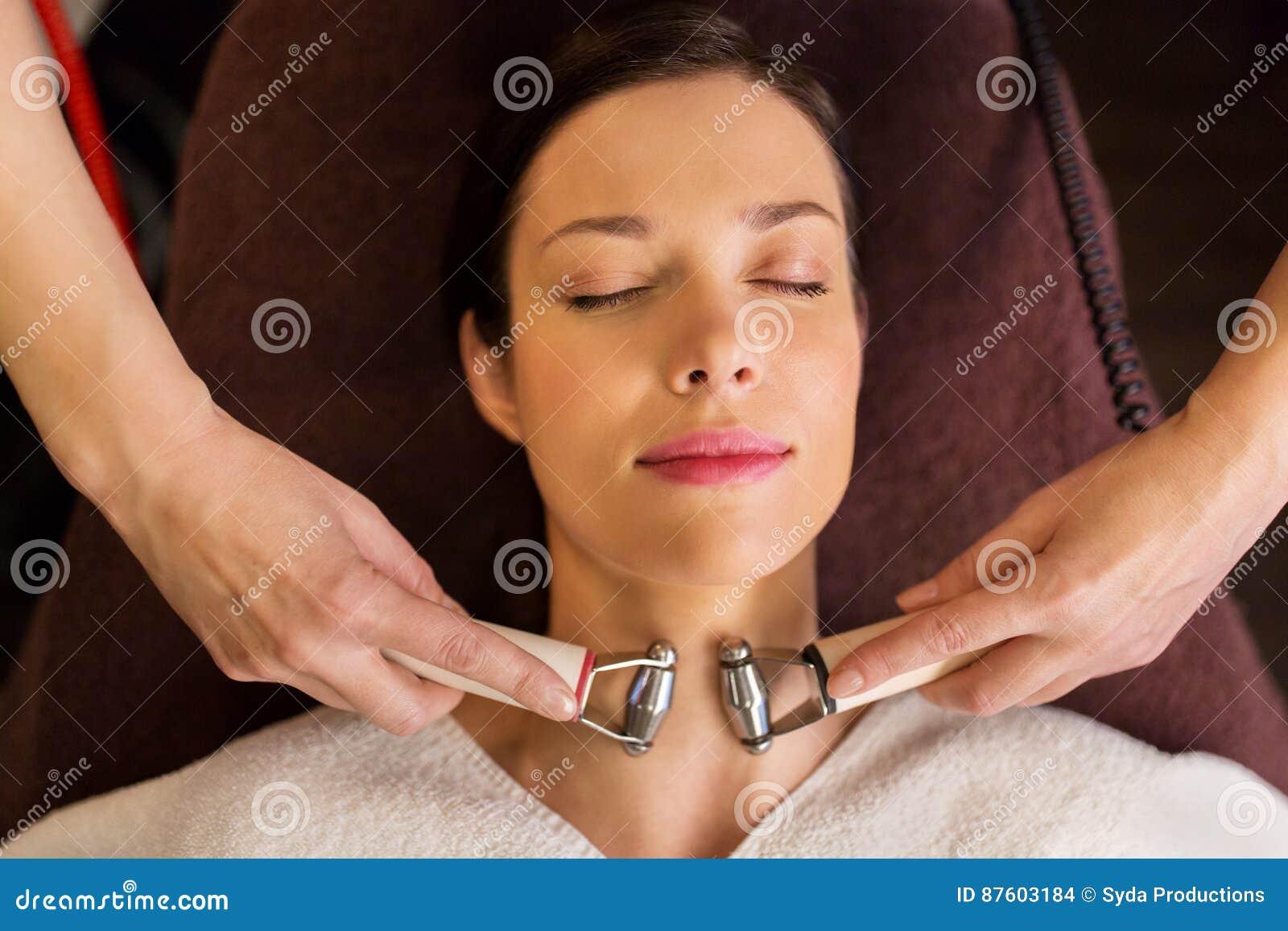 Mujer que tiene tratamiento facial del hydradermie en balneario