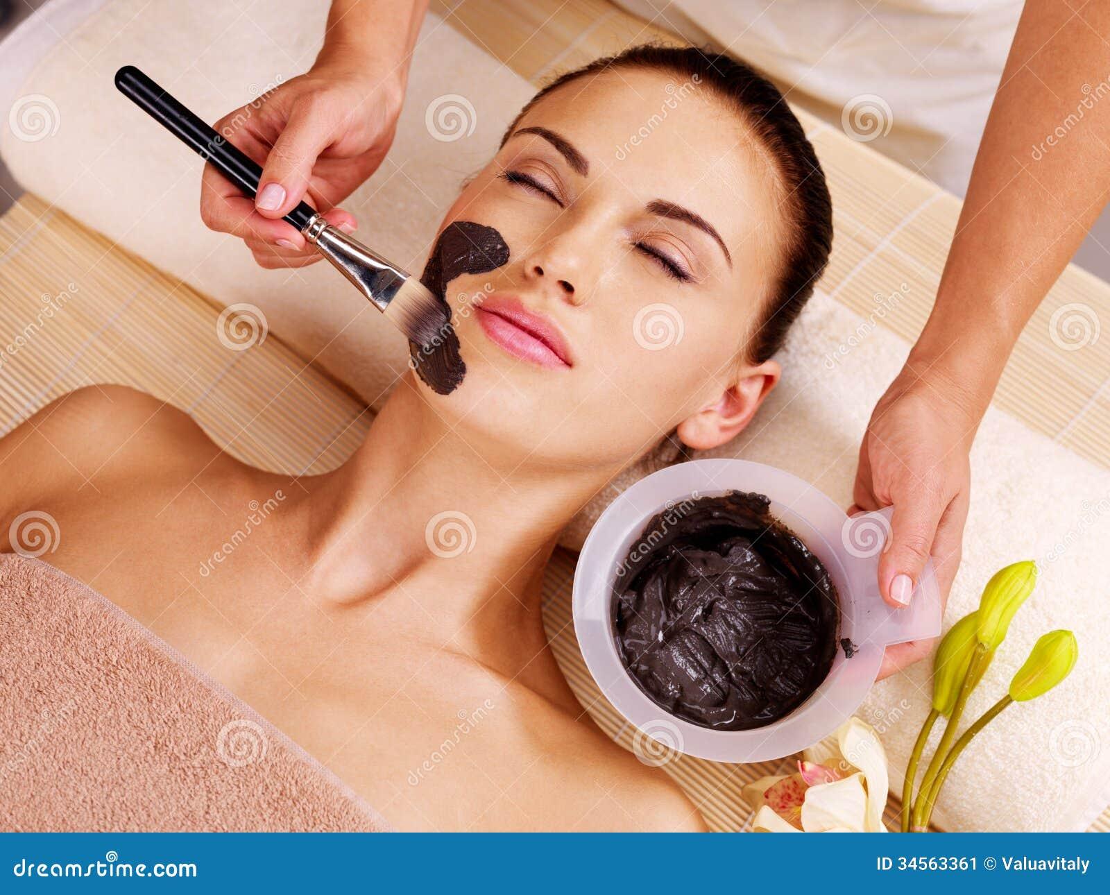 Mujer que tiene tratamientos de la belleza en el salón del balneario