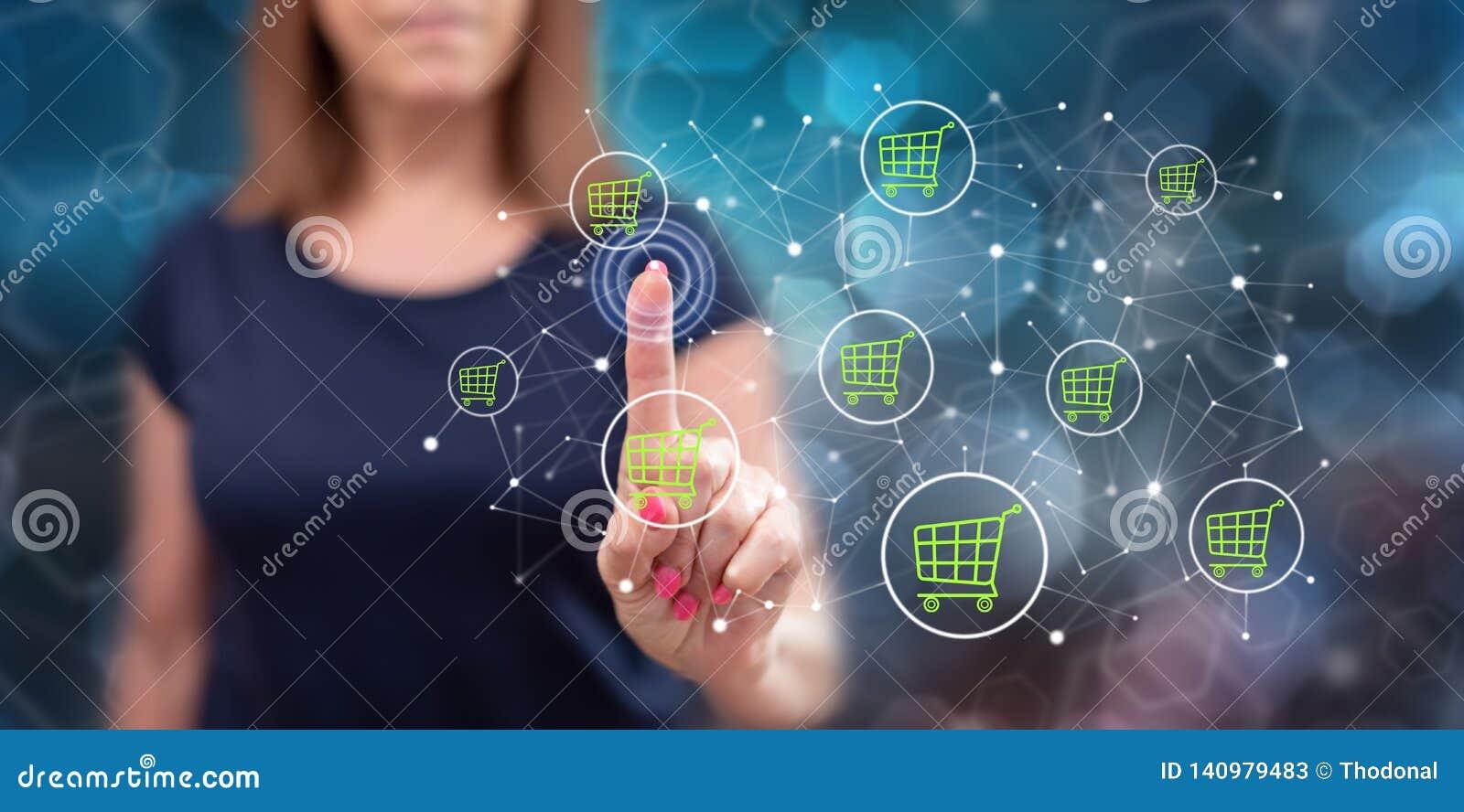 Mujer que toca un concepto del comercio electrónico