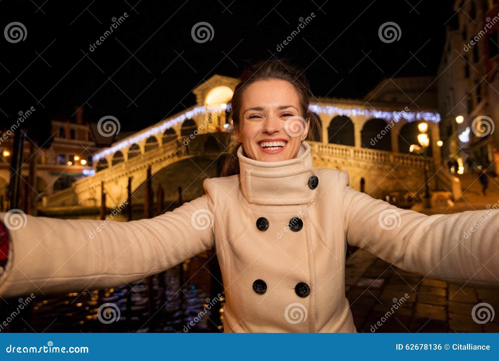 Chica en el trailer del puente