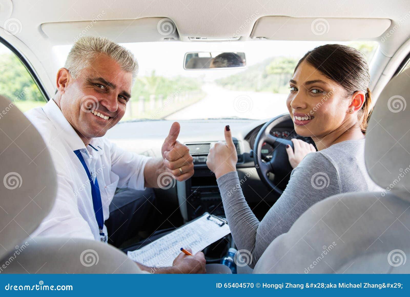 Mujer que toma lecciones de conducción