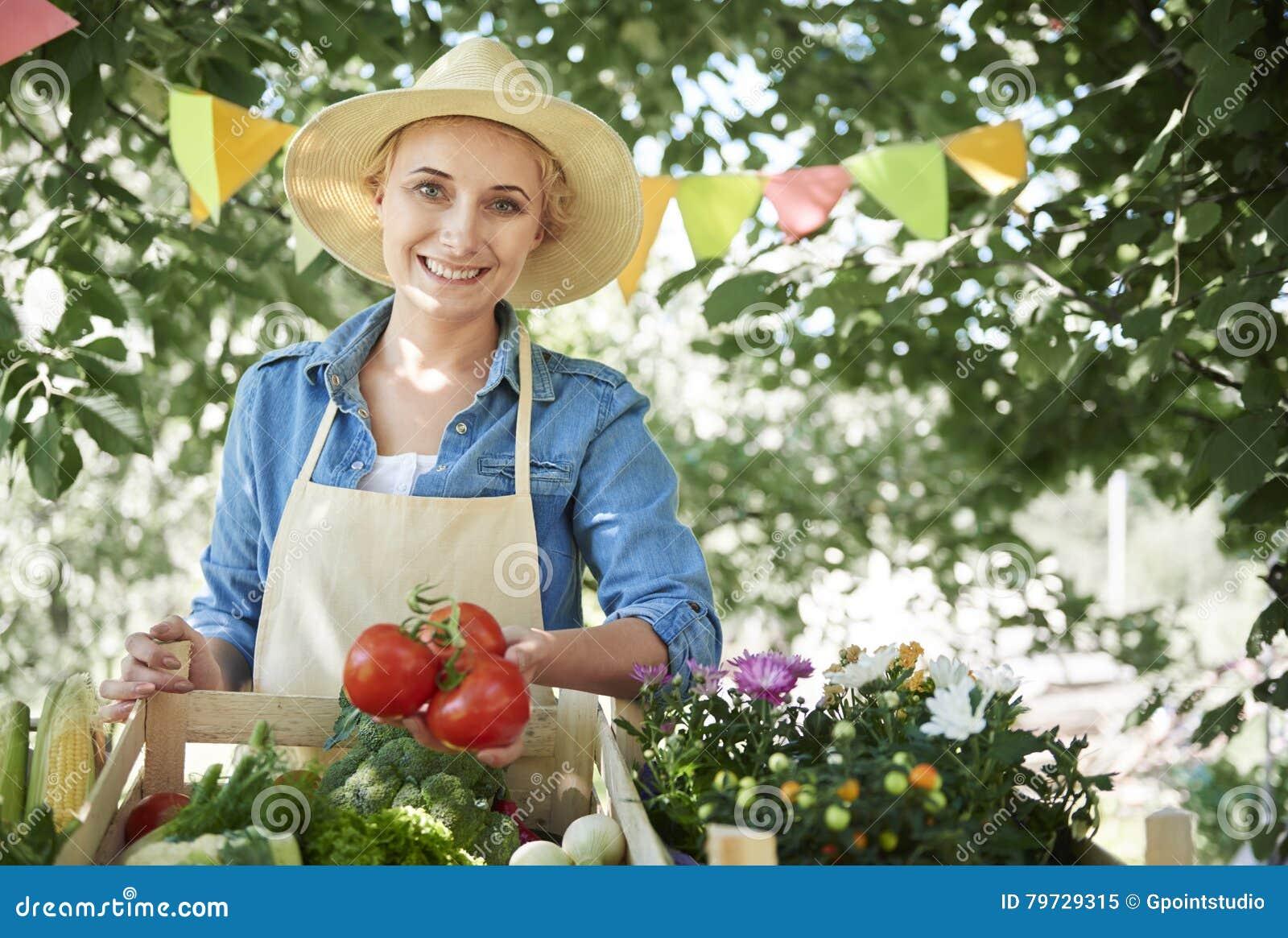 Mujer que trabaja en el jardín