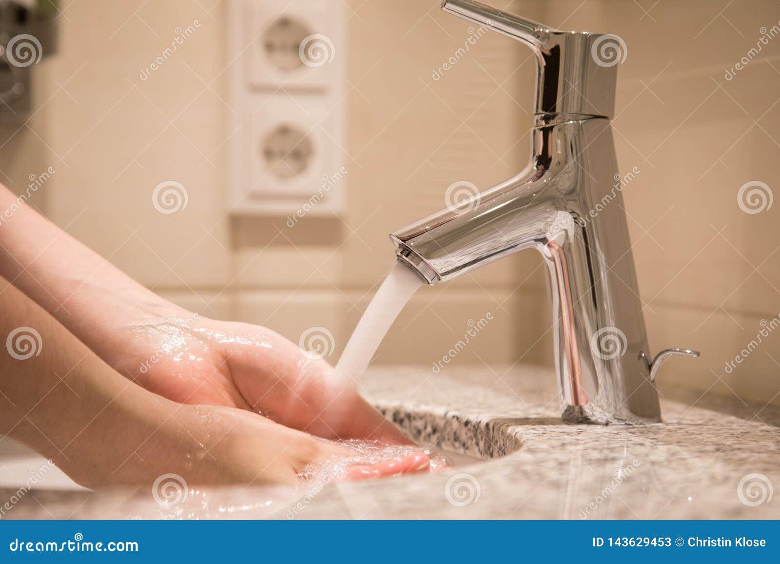 Lavabo Manos.Mujer Que Usa El Lavabo Con El Agua Del Grifo Para Las Manos