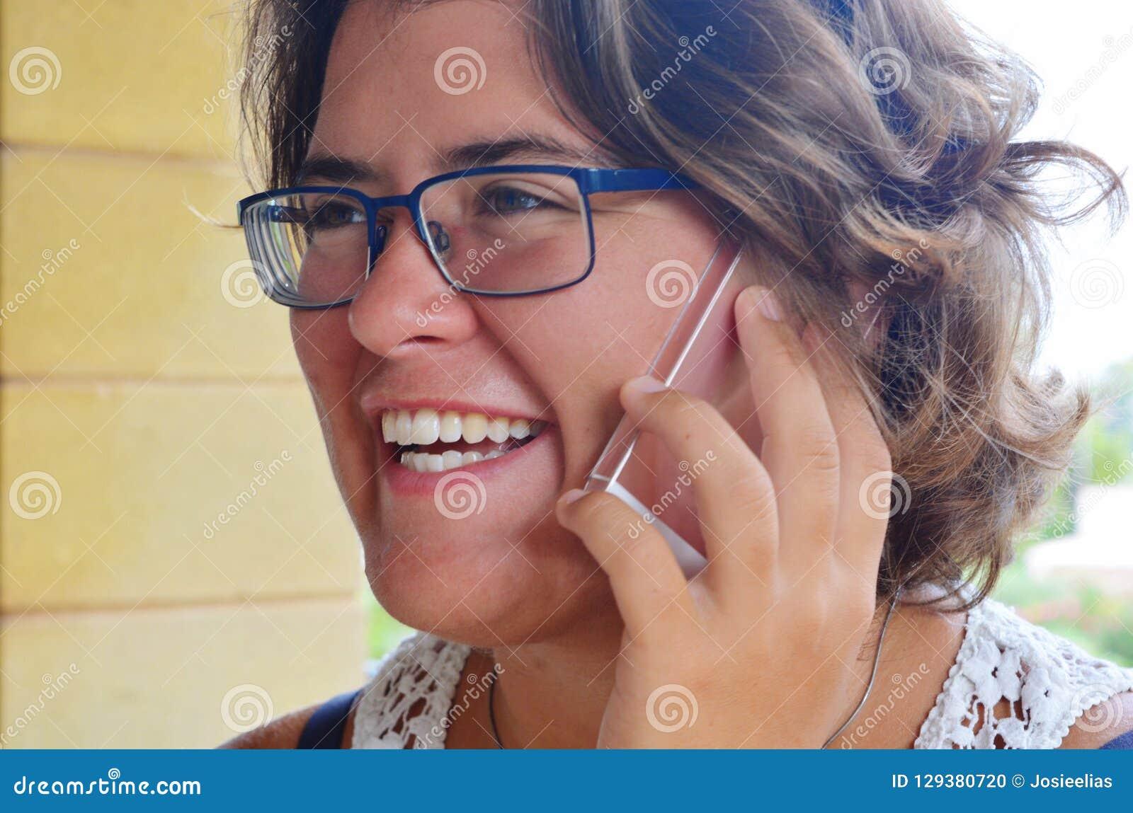 Mujer que usa el smartphone, retrato sincero al aire libre
