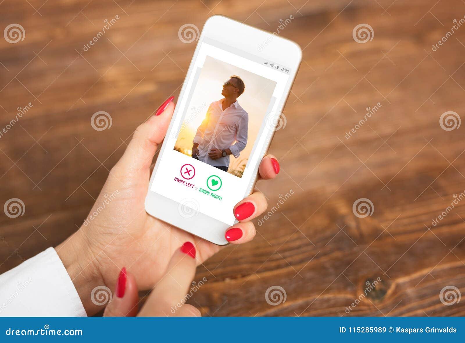 Mujer que usa fechando el app y birlando las fotos del usuario