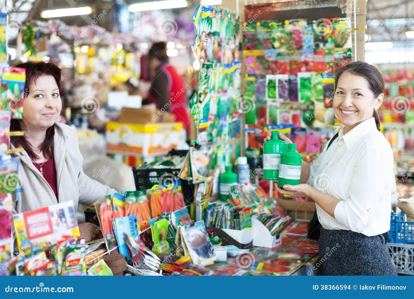 Mujer que vende el fertilizante líquido para madurar al comprador