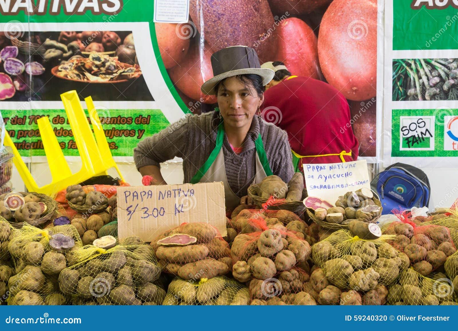 Mujer que vende las patatas en el festival de la comida de Mistura
