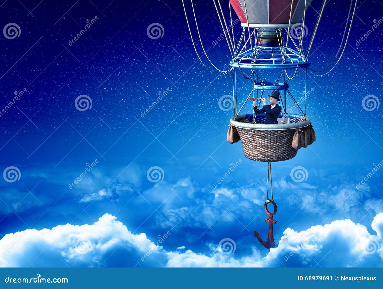 Mujer que viaja en aerostato