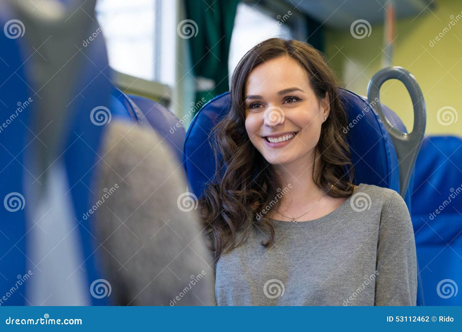 Mujer que viaja en el tren