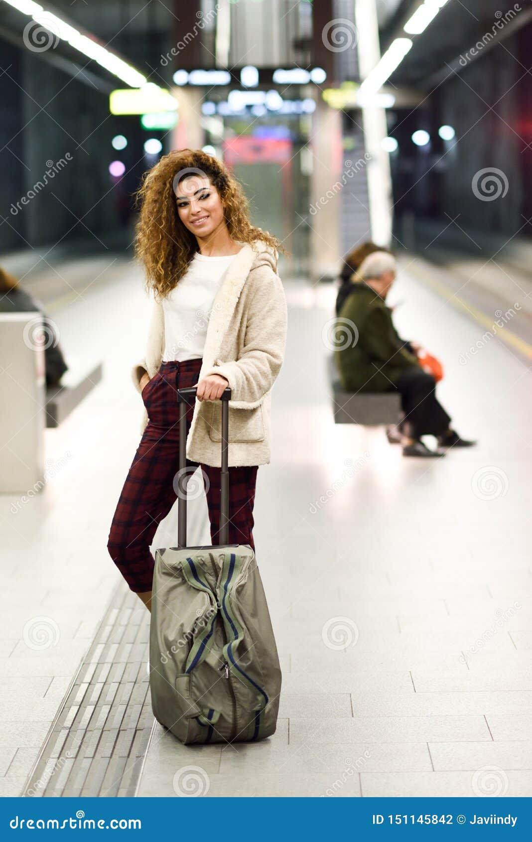 Mujer ?rabe joven que espera su tren en una estaci?n de metro