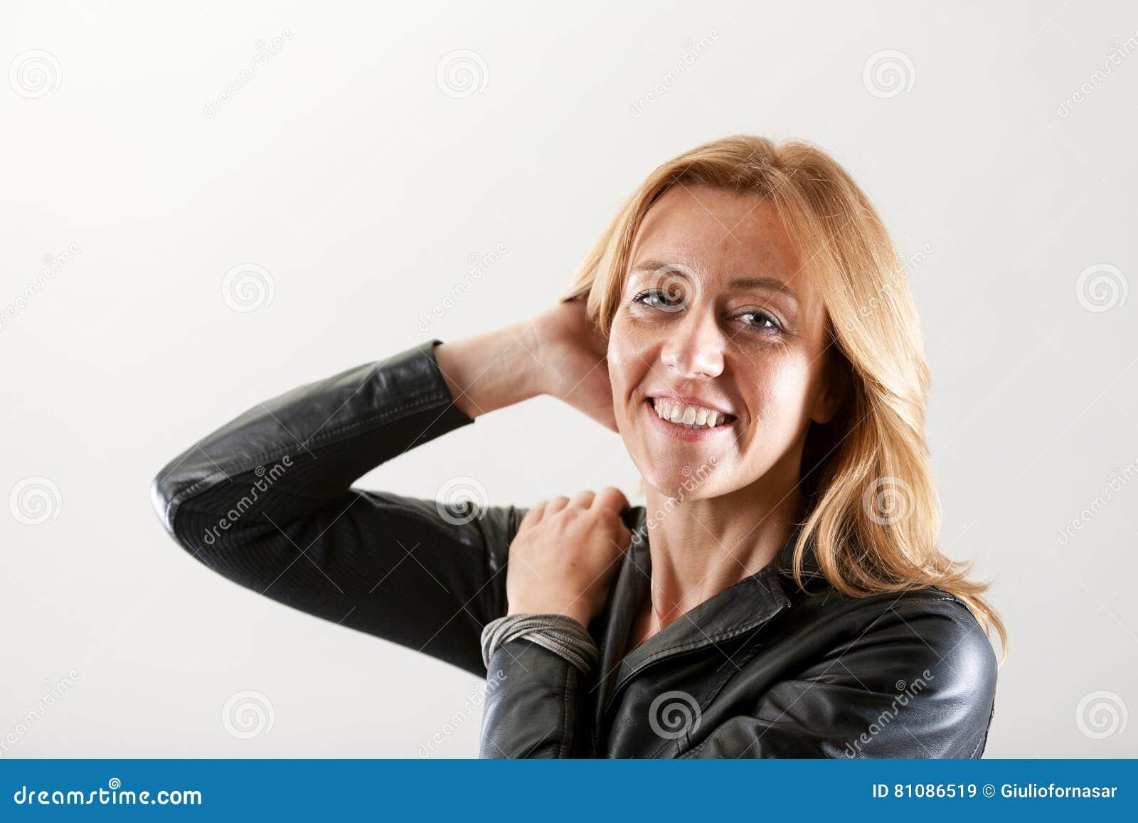 Mujer real que pasa su mano a través de su pelo