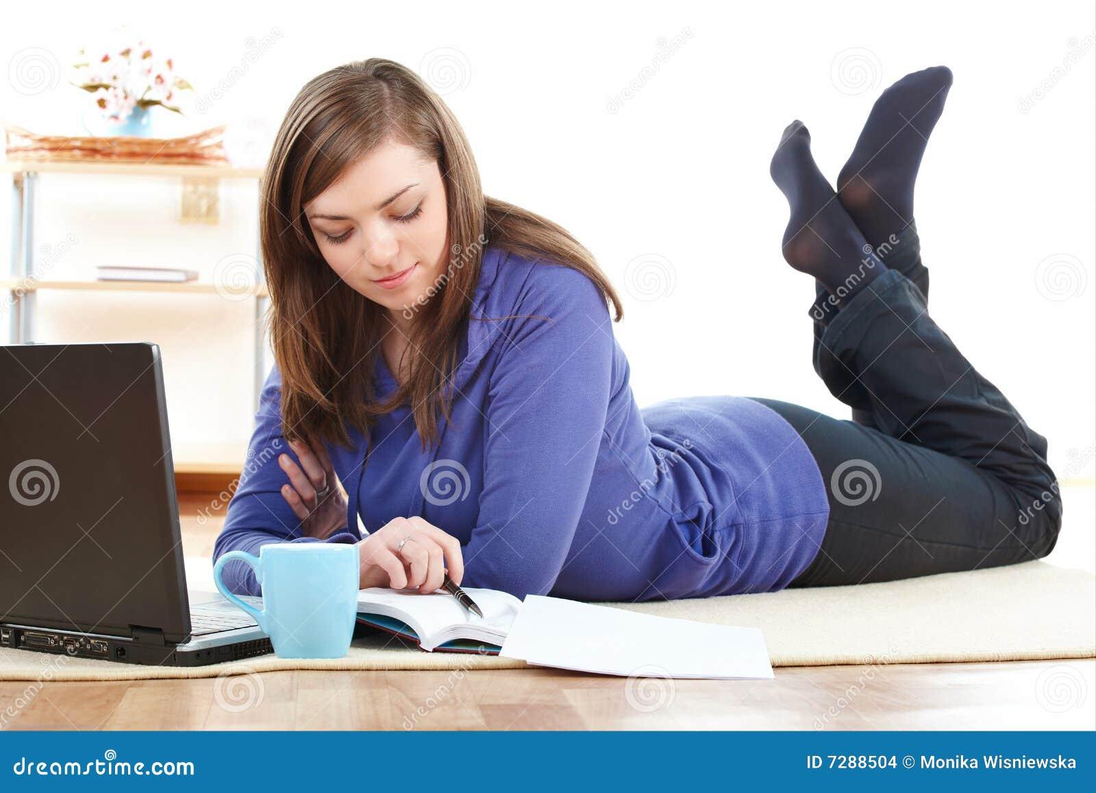 Mujer Relaxed con la computadora portátil