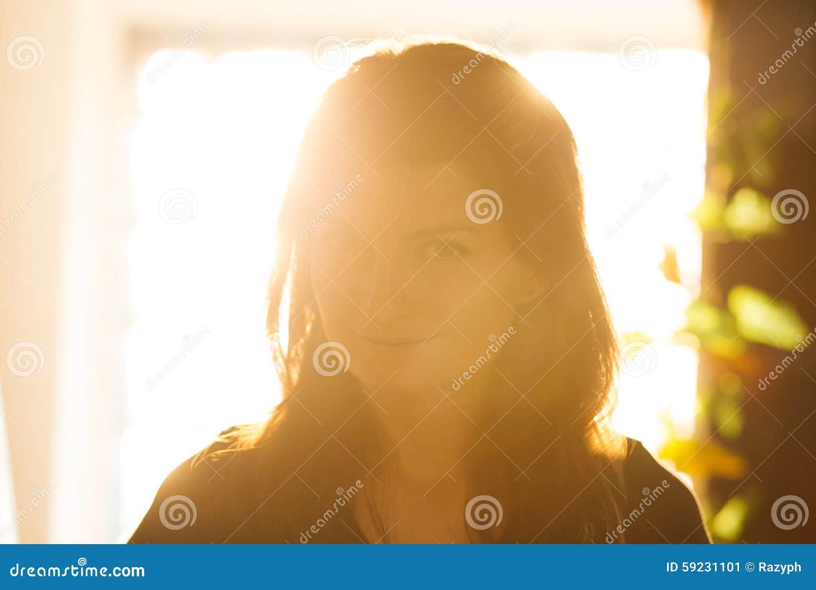 Download Mujer Romántica En Luz Trasera Imagen de archivo - Imagen de belleza, bueno: 59231101