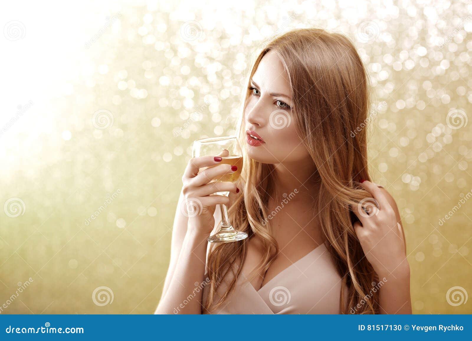 79c1a031eb3b Mujer Rubia Atractiva Con Un Vidrio De Champán En El Partido Foto de ...