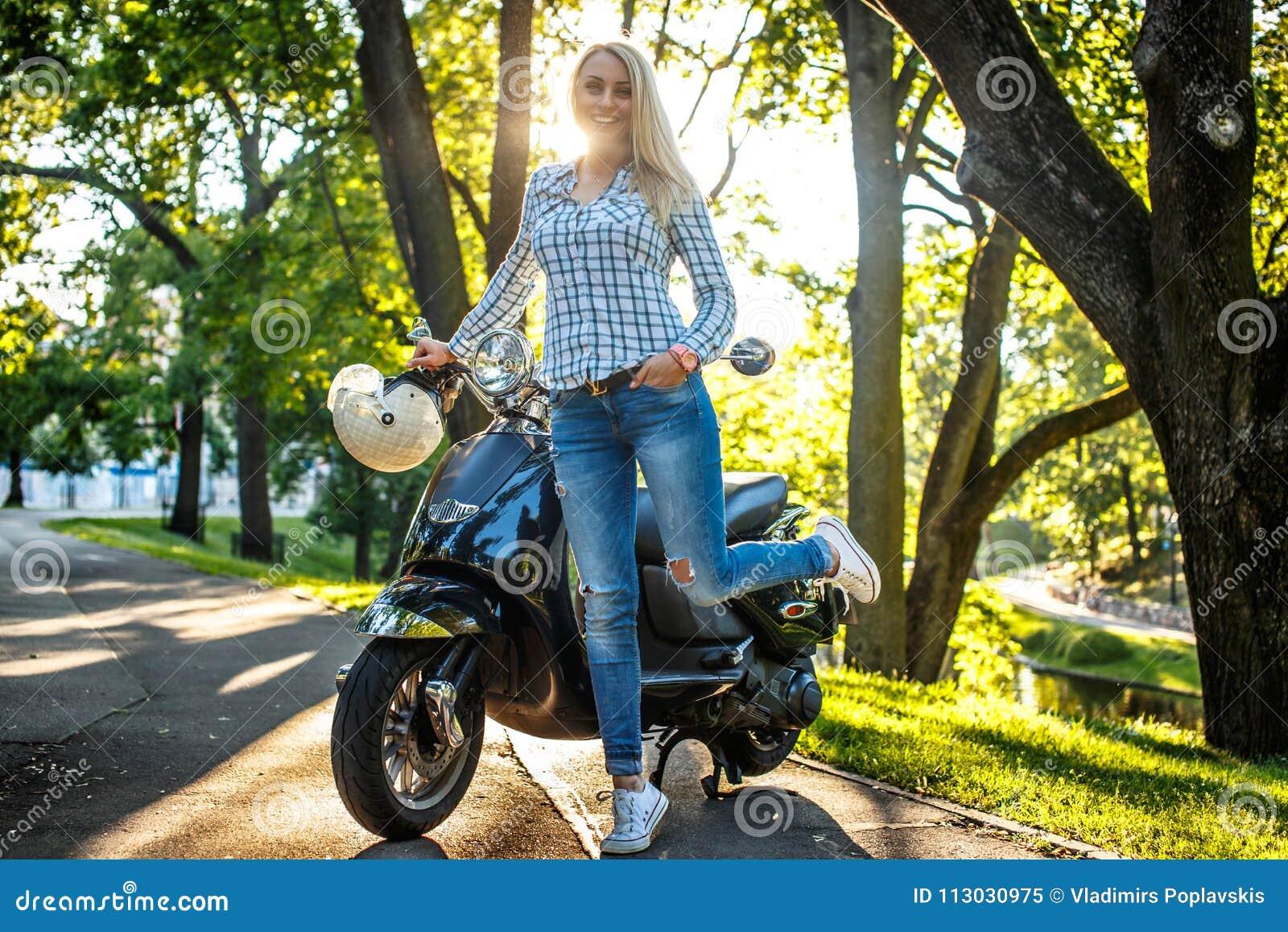 Mujer rubia casual en vaqueros y camisa