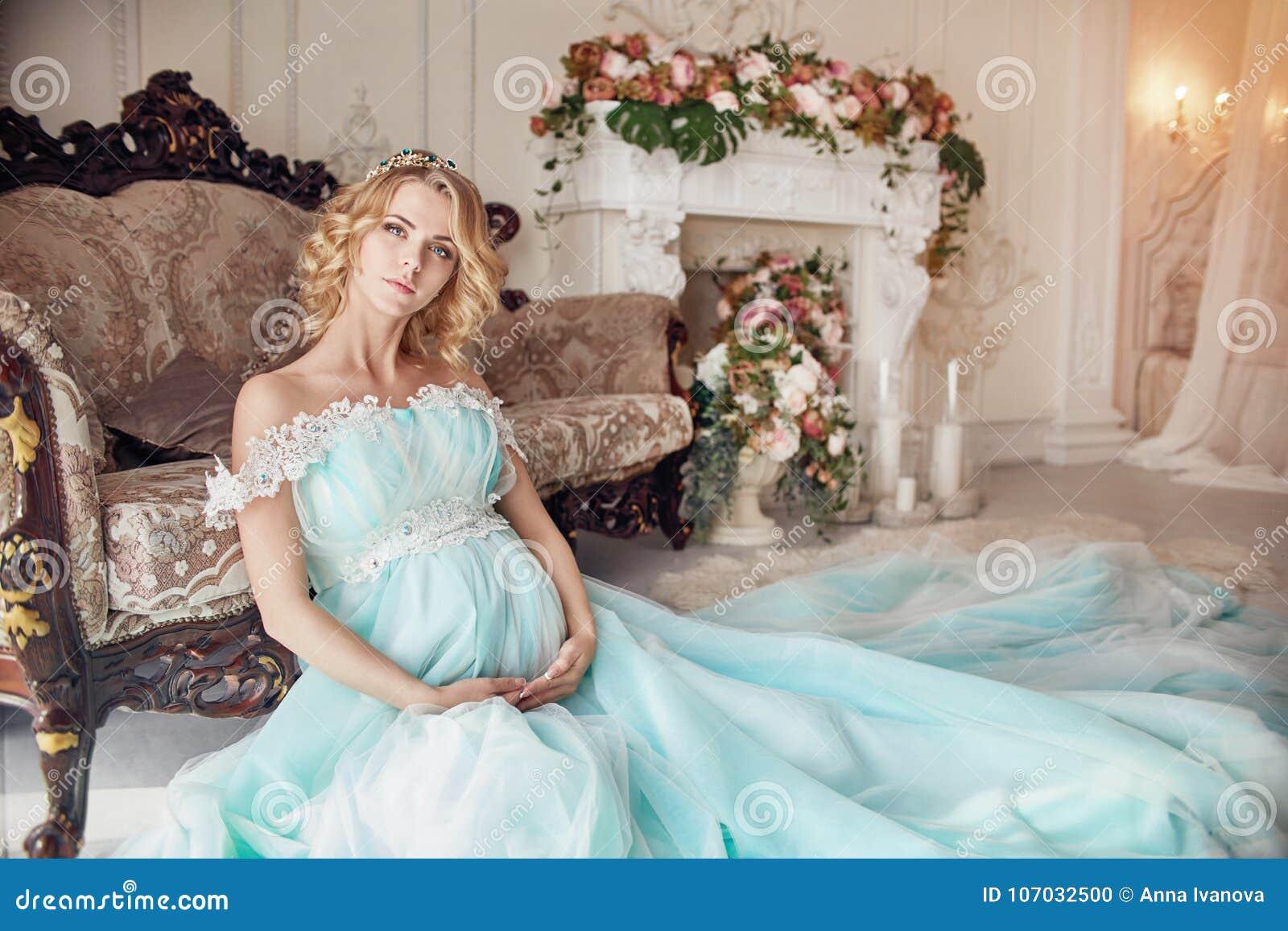 1e1f1db72 Mujer rubia embarazada de la moda de lujo en un vestido de boda Casarse a  la mujer embarazada La muchacha está esperando el nacimiento de un niño  Vestido ...