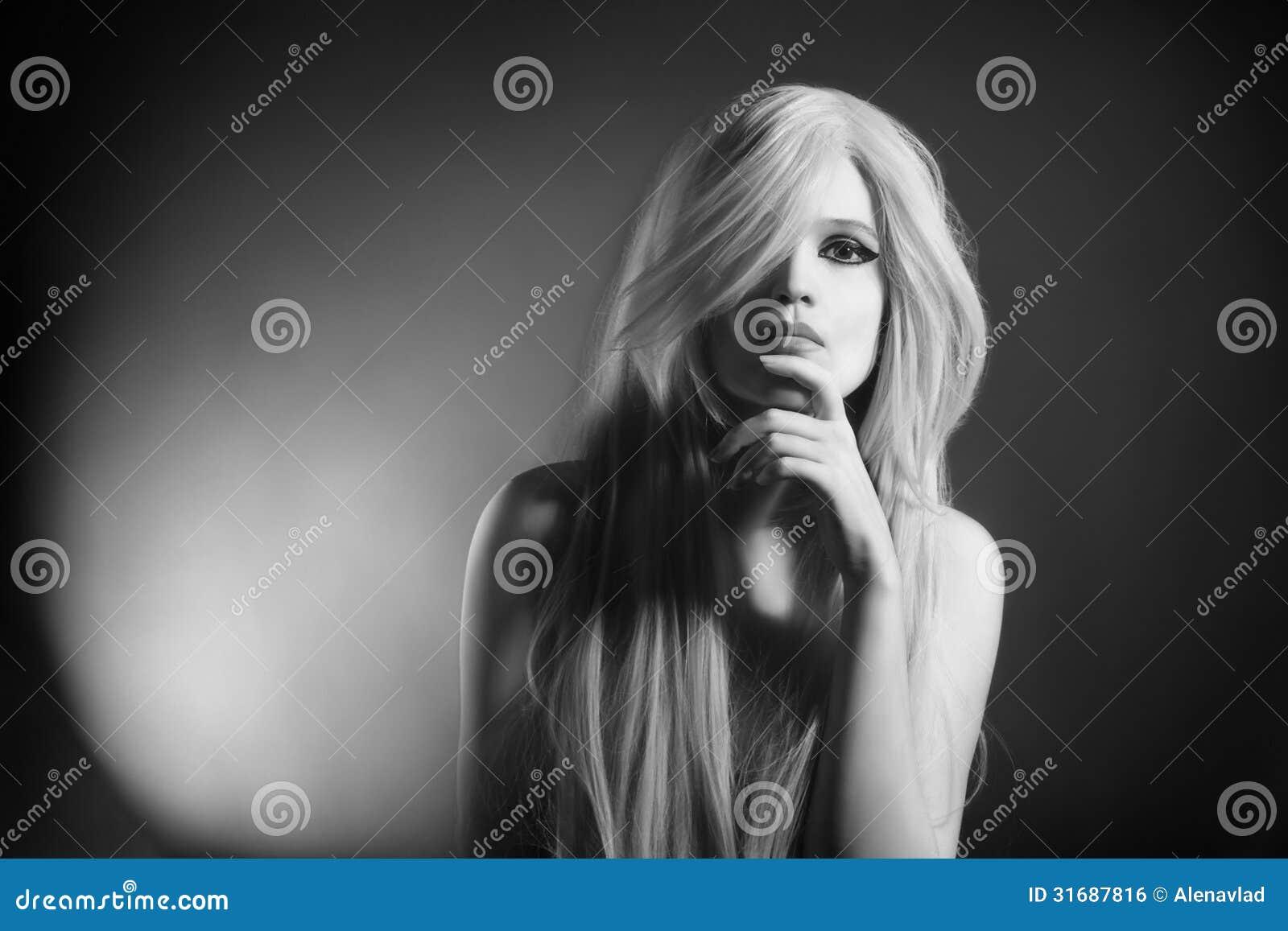 d3d2c4f6 Mujer Rubia En Blanco Y Negro Foto de archivo - Imagen de foto ...