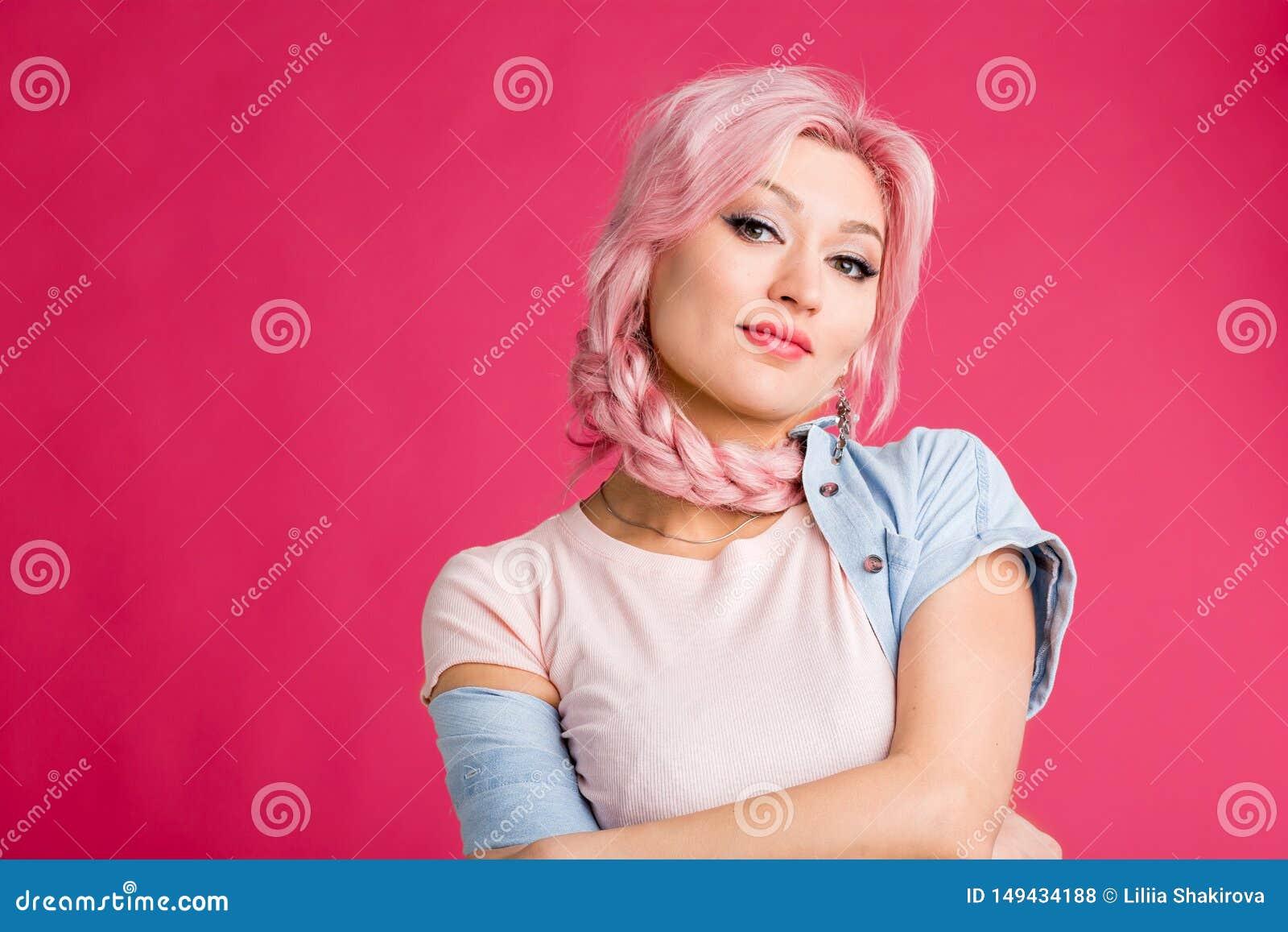 Mujer rubia en fondo rosado