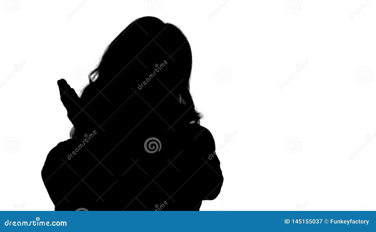 Mujer rubia femenina de la silueta que habla con la c?mara que es muy feliz