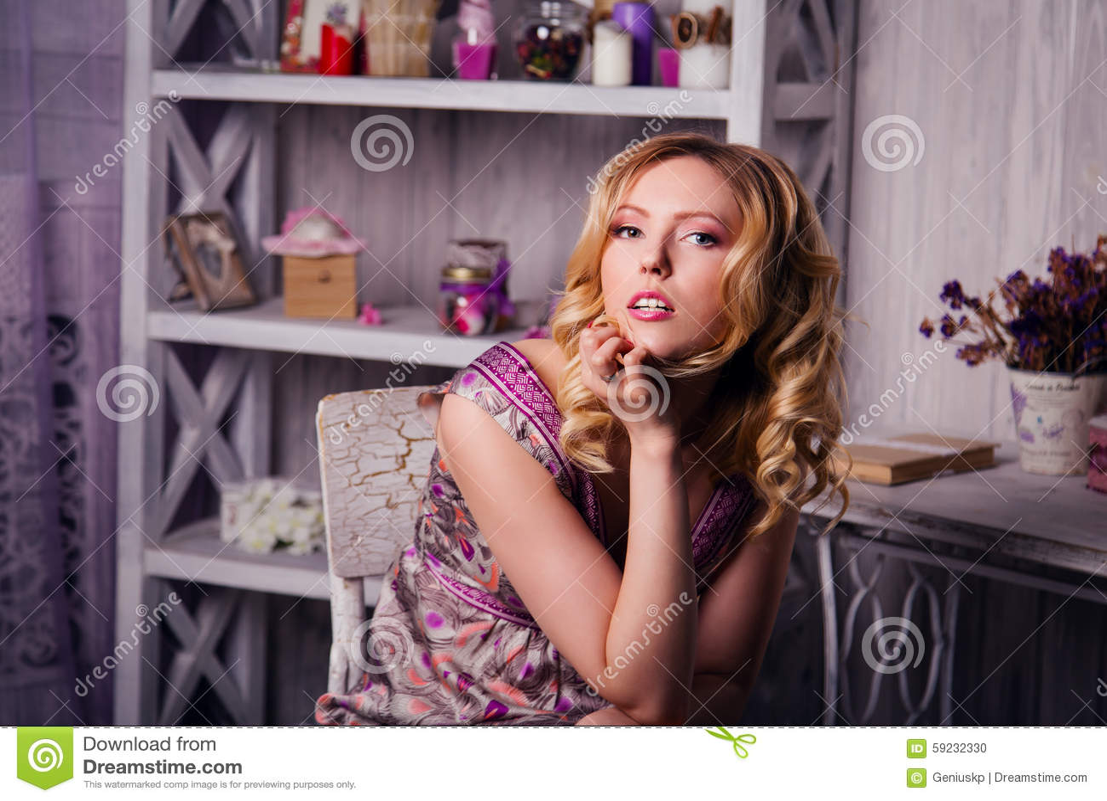Download Mujer rubia hermosa foto de archivo. Imagen de casero - 59232330
